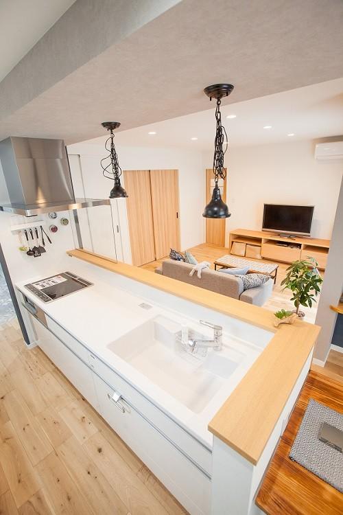 HASHIKEN「こどものための動線の家」のシンプル・ナチュラルなキッチンの実例写真