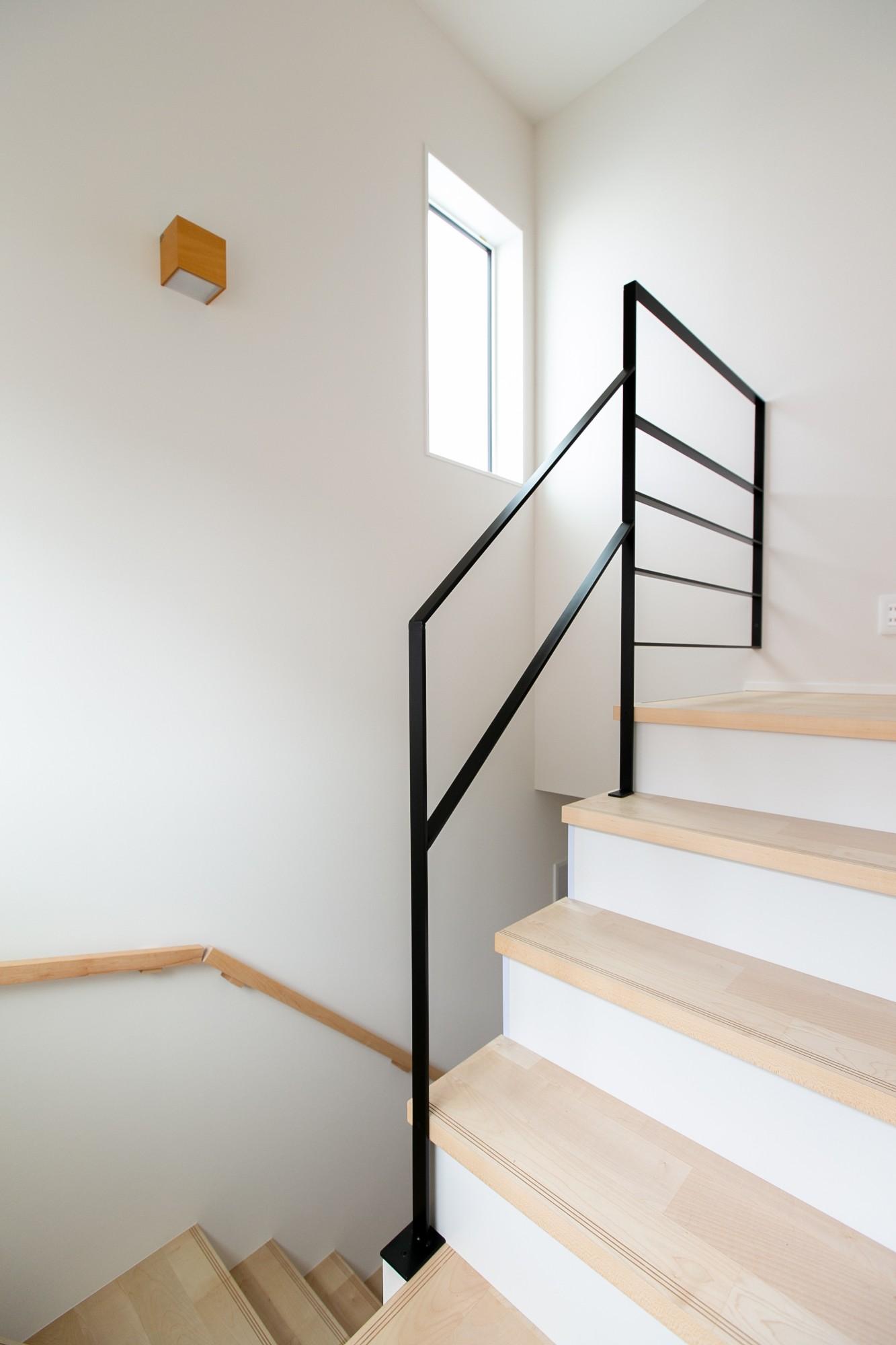 HASHIKEN「程よい距離の2世帯住宅」のシンプル・ナチュラルな階段の実例写真