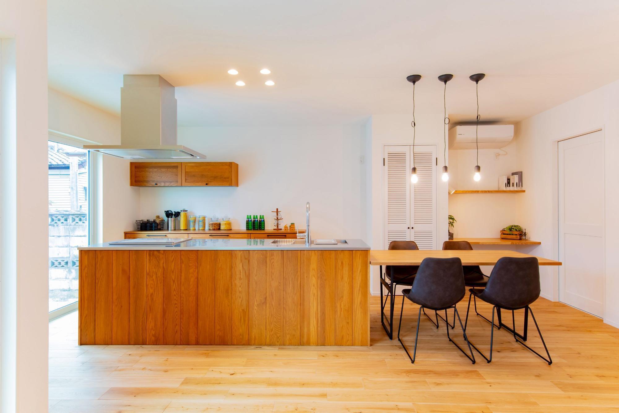 株式会社ゼロスタイル「タテカエ×センターキッチン×マリン」のシンプル・ナチュラルなキッチンの実例写真