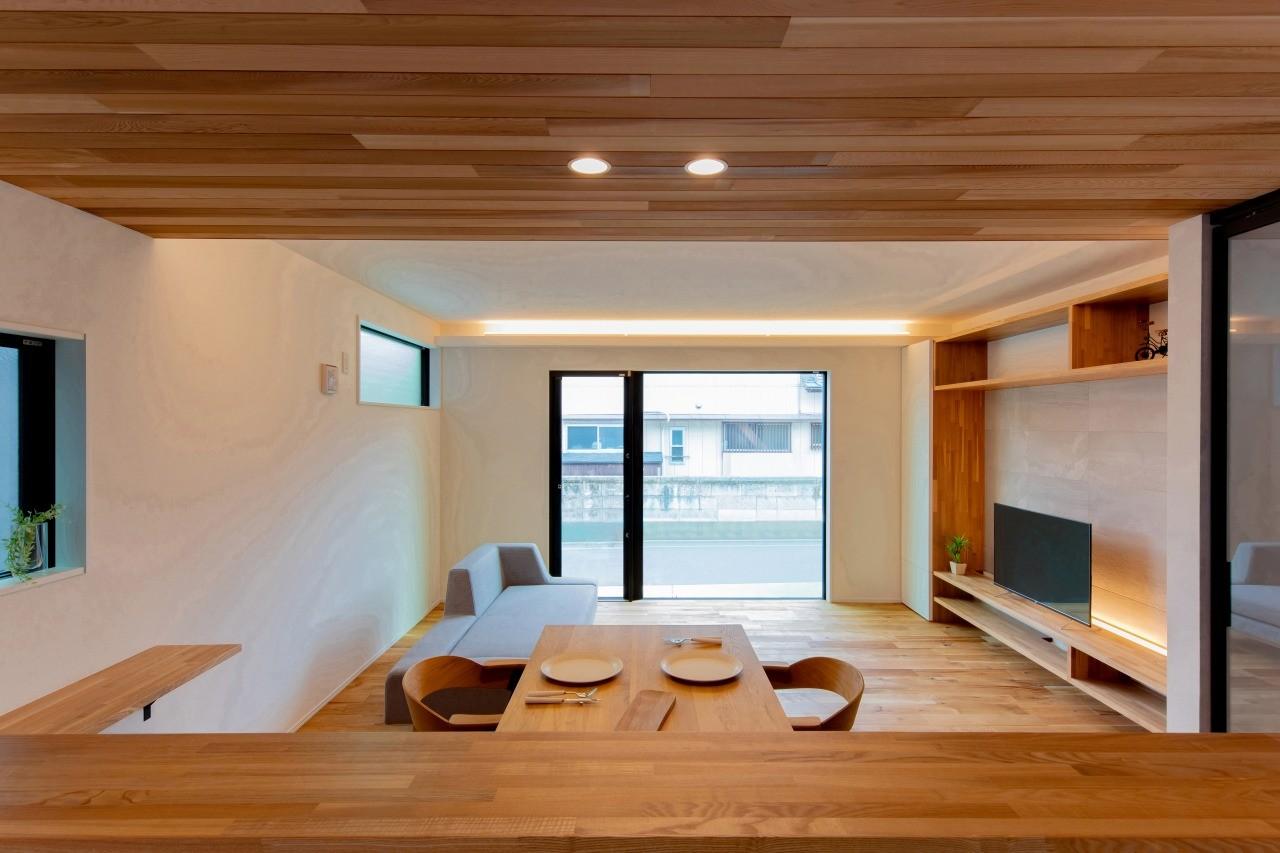 株式会社ゼロスタイル「黒とオークの無垢床が大人シックでカッコイイお家」のモダン・自然素材なリビング・ダイニングの実例写真