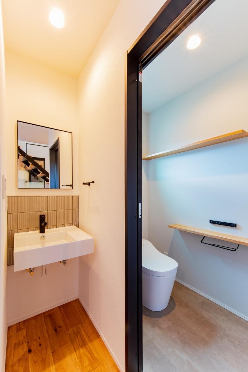 株式会社ゼロスタイル「黒とオークの無垢床が大人シックでカッコイイお家」のモダン・自然素材なトイレの実例写真