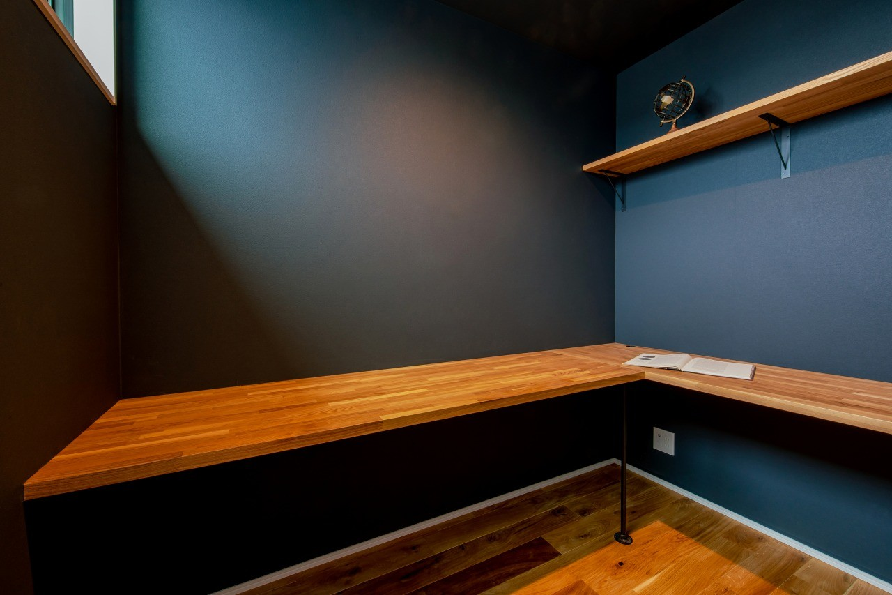 株式会社ゼロスタイル「黒とオークの無垢床が大人シックでカッコイイお家」の自然素材・インダストリアル・ブルックリンスタイルな居室の実例写真