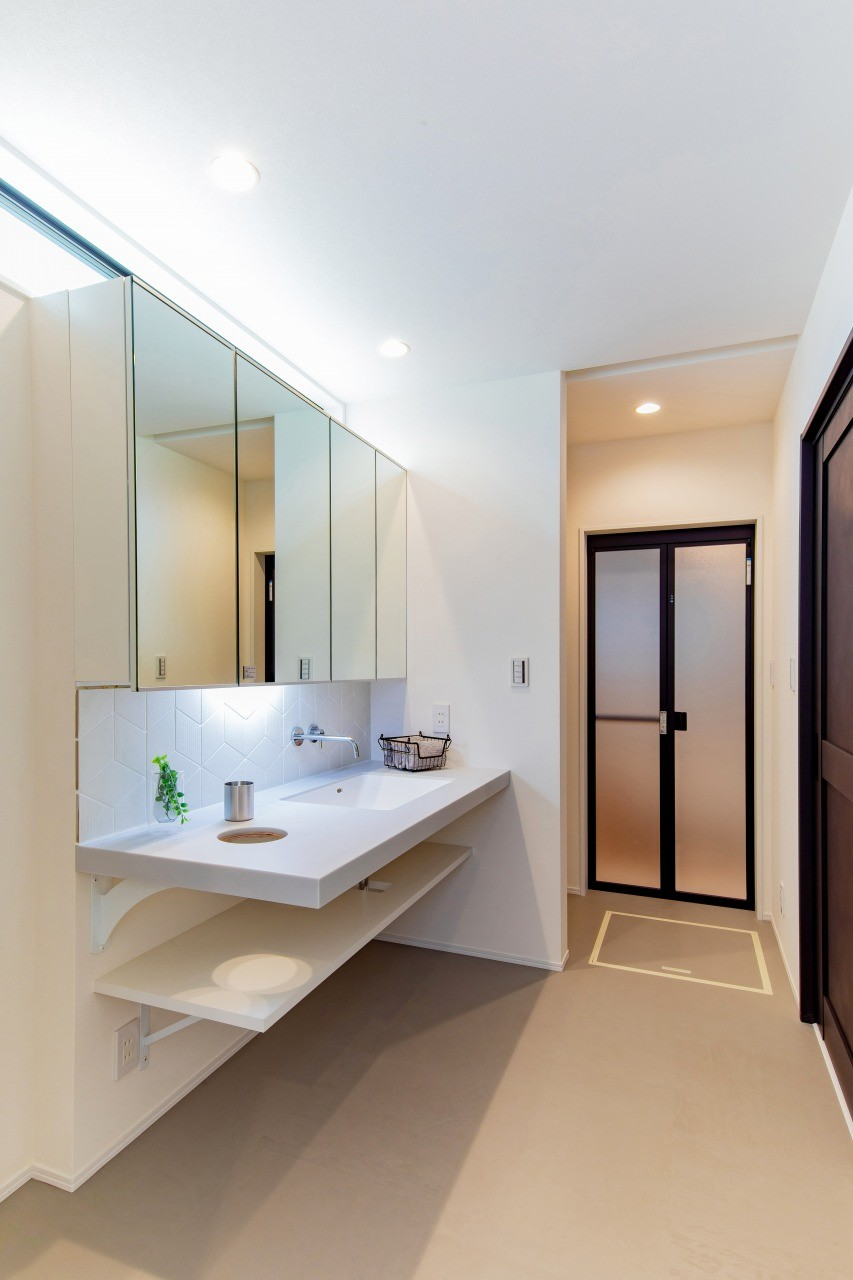 株式会社ゼロスタイル「黒とオークの無垢床が大人シックでカッコイイお家」のシンプル・ナチュラル・モダンな洗面所・脱衣所の実例写真