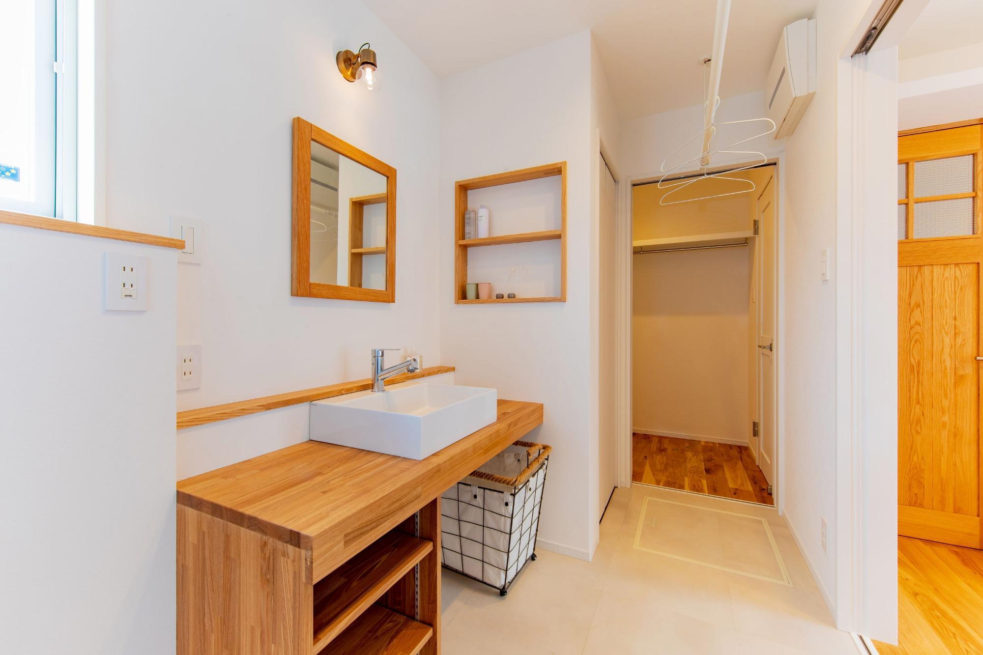 株式会社ゼロスタイル「ブルーグレー×回遊動線×タタミスペース」のシンプル・ナチュラルな洗面所・脱衣所の実例写真