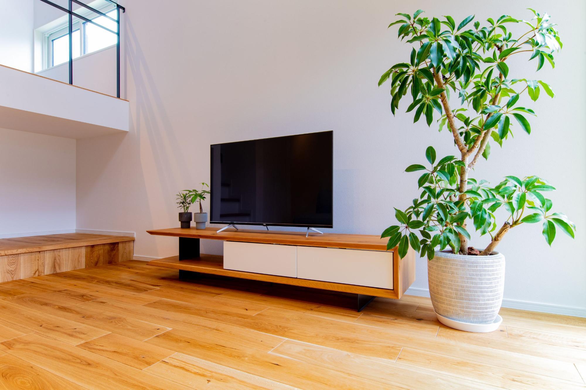 株式会社ゼロスタイル「吹き抜け×セメント×板張り」のシンプル・ナチュラル・自然素材・モダンなリビング・ダイニングの実例写真