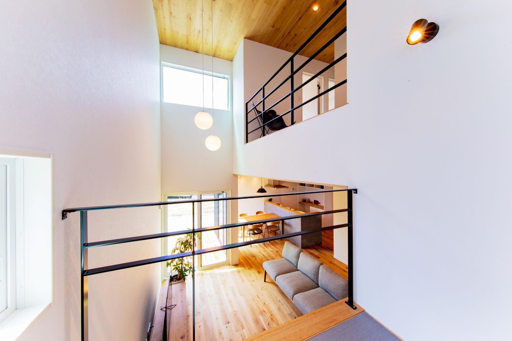 株式会社ゼロスタイル「吹き抜け×セメント×板張り」のシンプル・ナチュラル・モダン・自然素材なロフト・中二階の実例写真