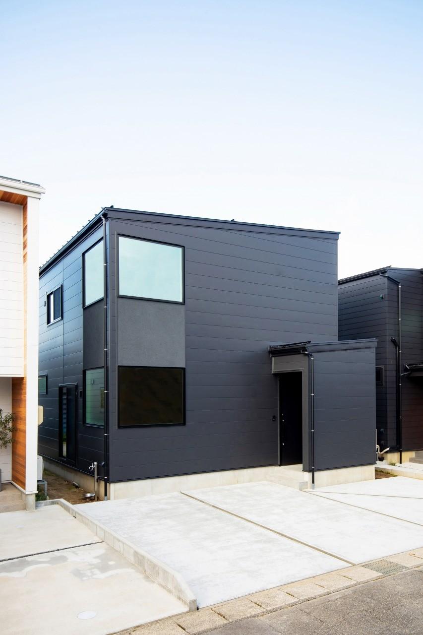 株式会社ゼロスタイル「モルタルアート×鉄骨階段×タタミスペース」のモダンな外観の実例写真