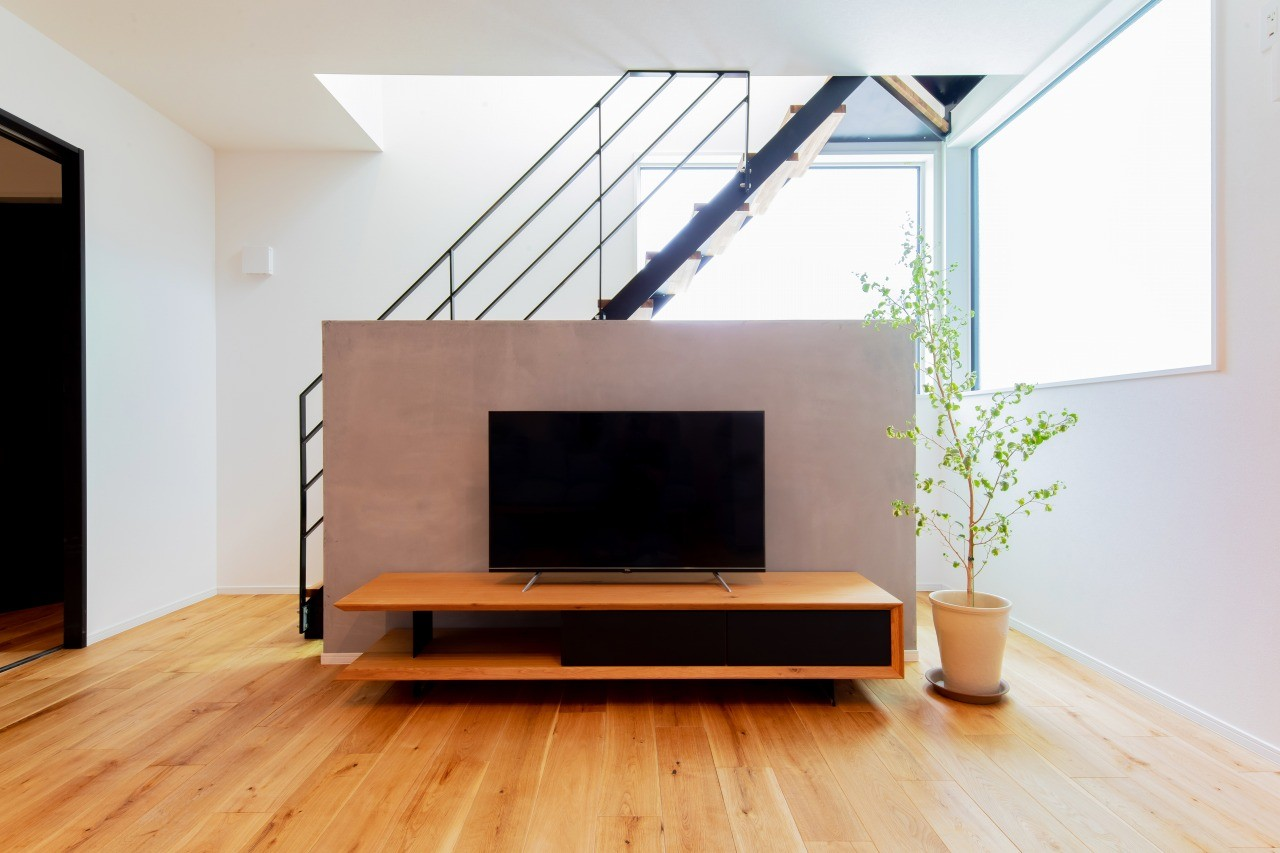 株式会社ゼロスタイル「モルタルアート×鉄骨階段×タタミスペース」のモダン・自然素材なリビング・ダイニングの実例写真