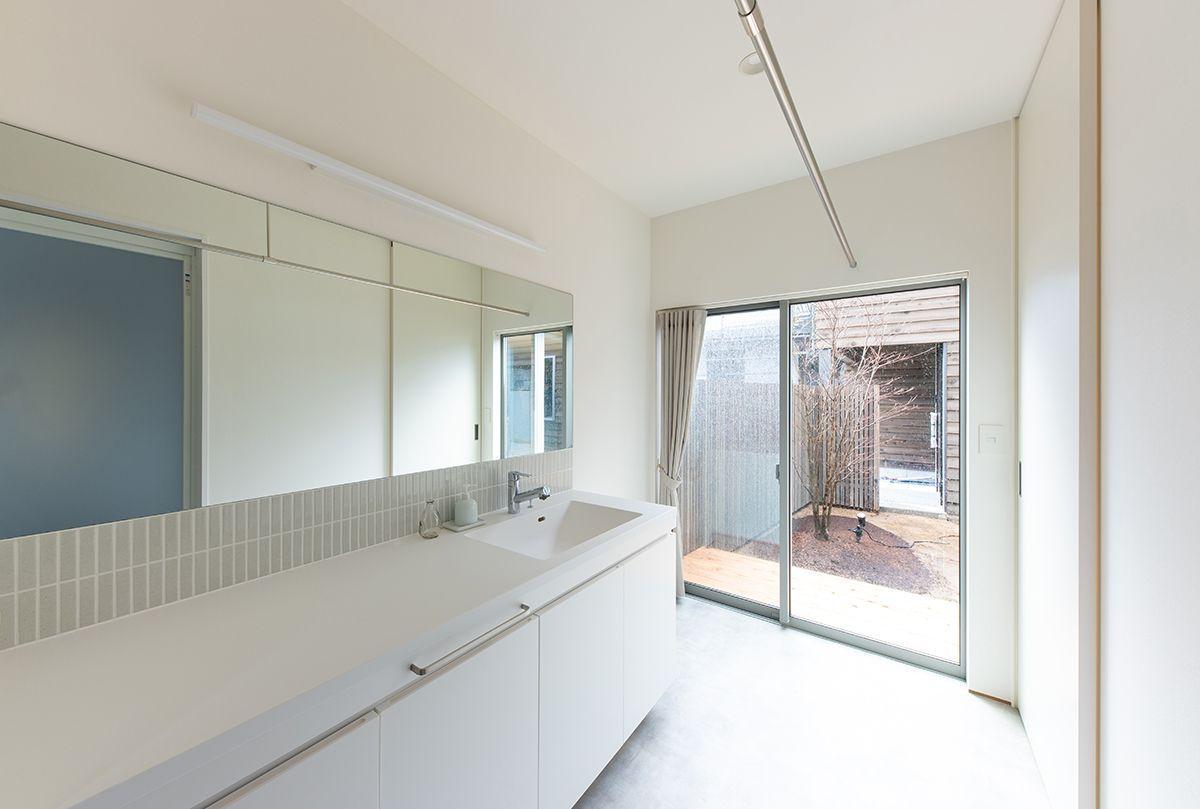 株式会社あかがわ建築設計室「対庭の家」のシンプル・ナチュラル・モダンな洗面所・脱衣所の実例写真