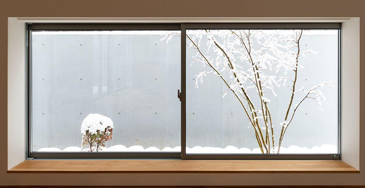 株式会社あかがわ建築設計室「対庭の家」のシンプル・ナチュラル・モダンな庭・デッキ・縁側の実例写真