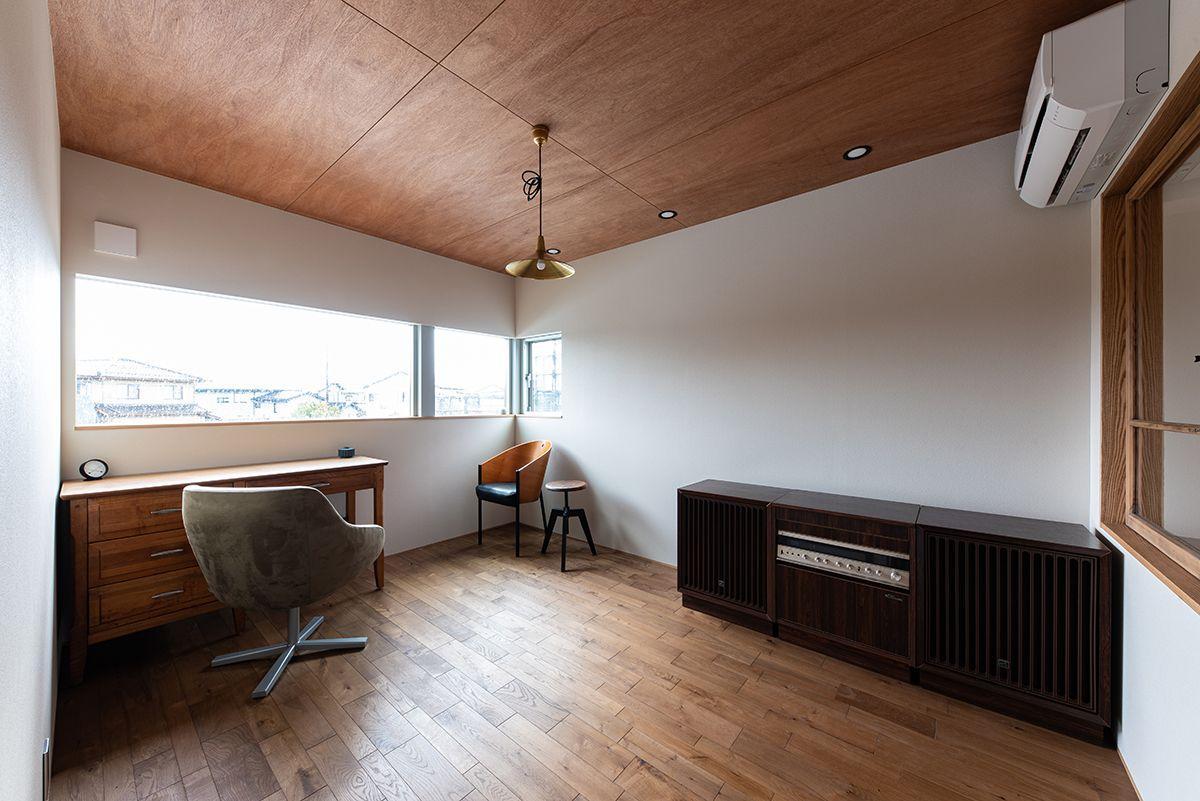 株式会社あかがわ建築設計室「対庭の家」のモダン・ヴィンテージな居室の実例写真