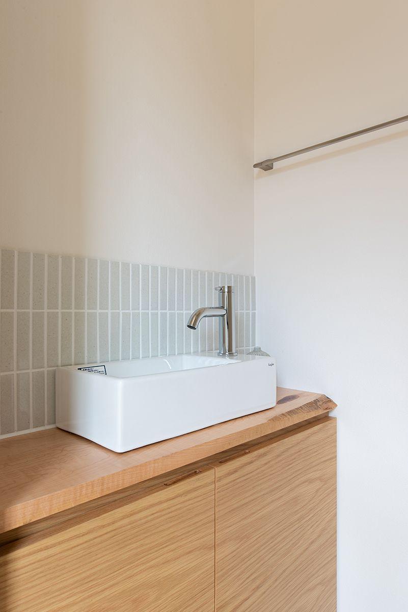株式会社あかがわ建築設計室「対庭の家」のシンプル・ナチュラル・北欧風なトイレの実例写真