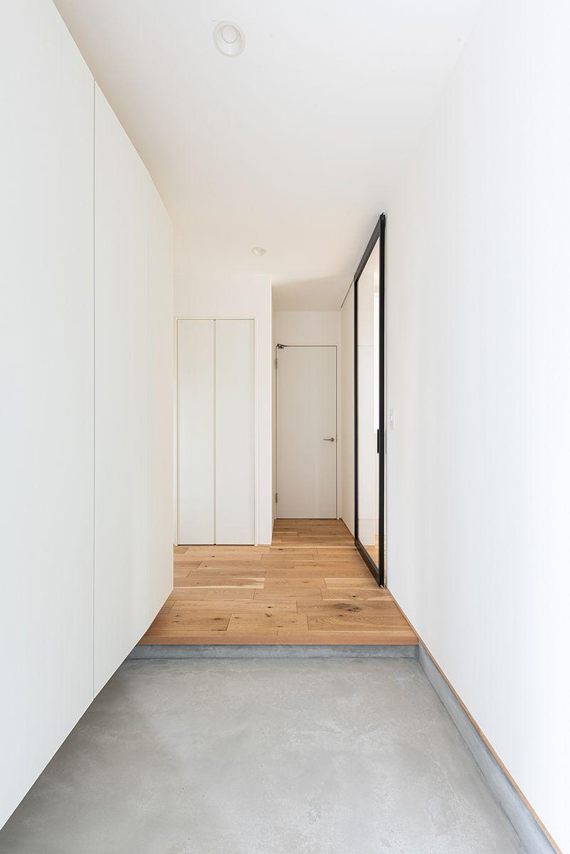 株式会社あかがわ建築設計室「静穏の家」のシンプル・ナチュラル・モダンな玄関の実例写真