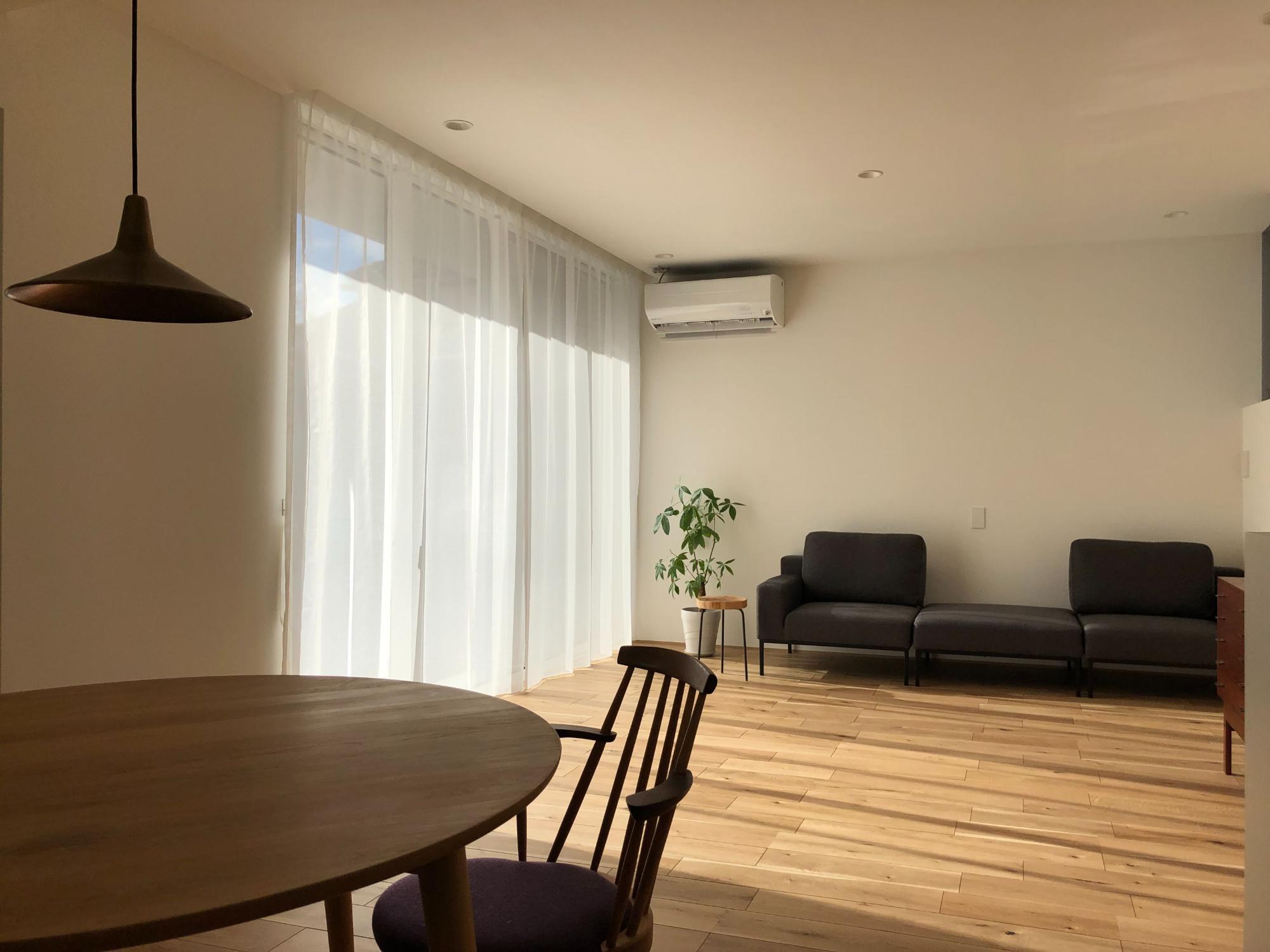 株式会社あかがわ建築設計室「静穏の家」のシンプル・ナチュラル・モダン・北欧風なリビング・ダイニングの実例写真