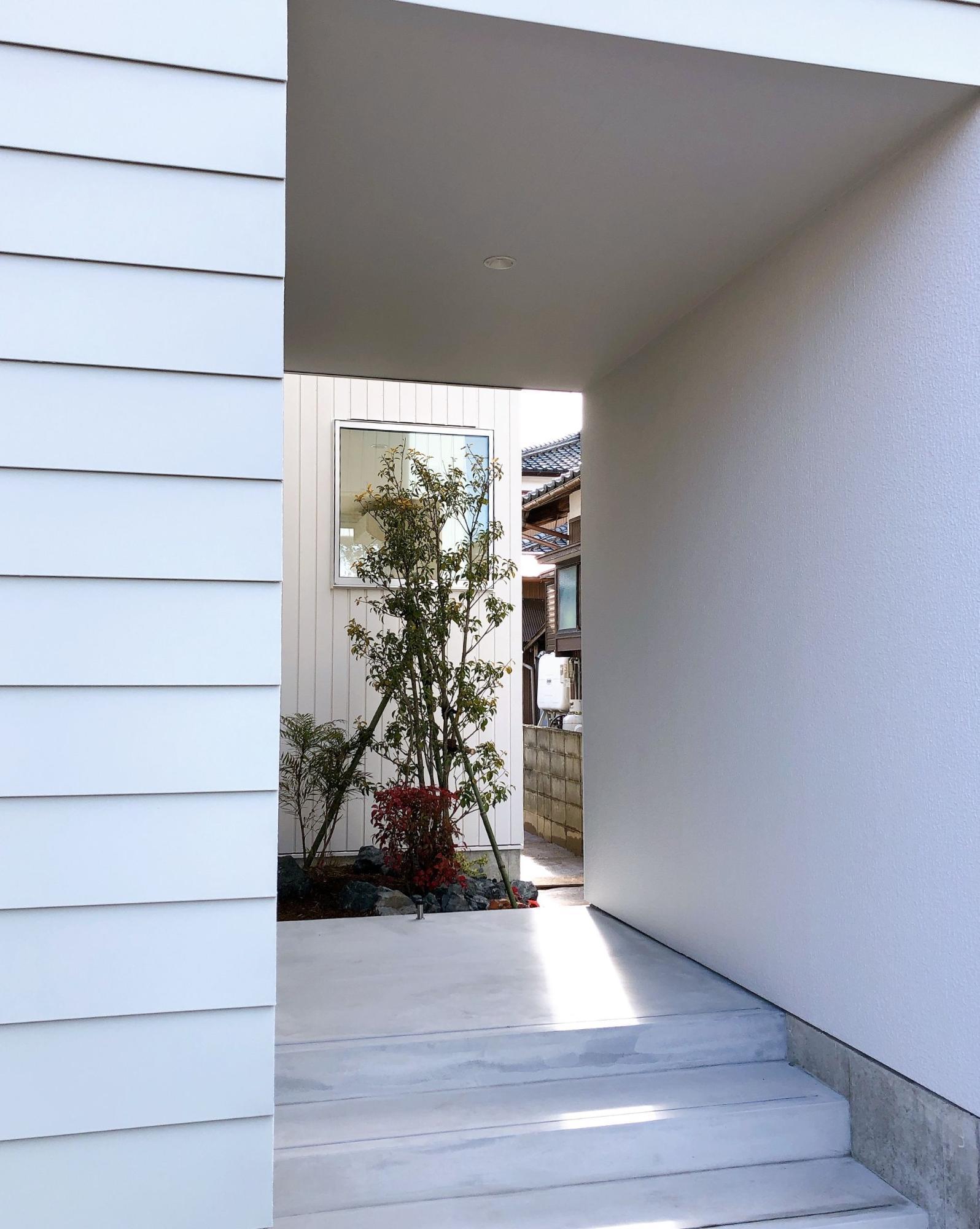 株式会社あかがわ建築設計室「静穏の家」のシンプル・ナチュラル・モダンなポーチの実例写真