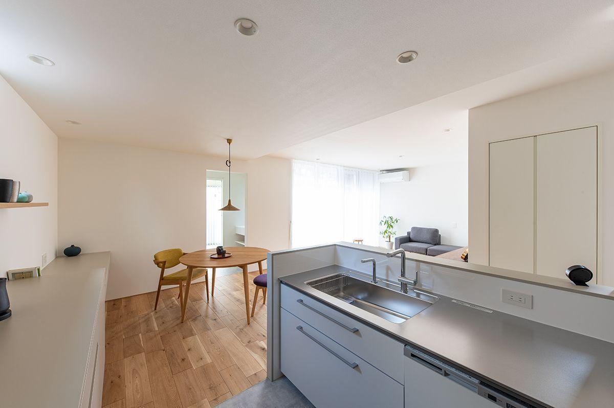 株式会社あかがわ建築設計室「静穏の家」のシンプル・ナチュラル・モダン・北欧風なキッチンの実例写真