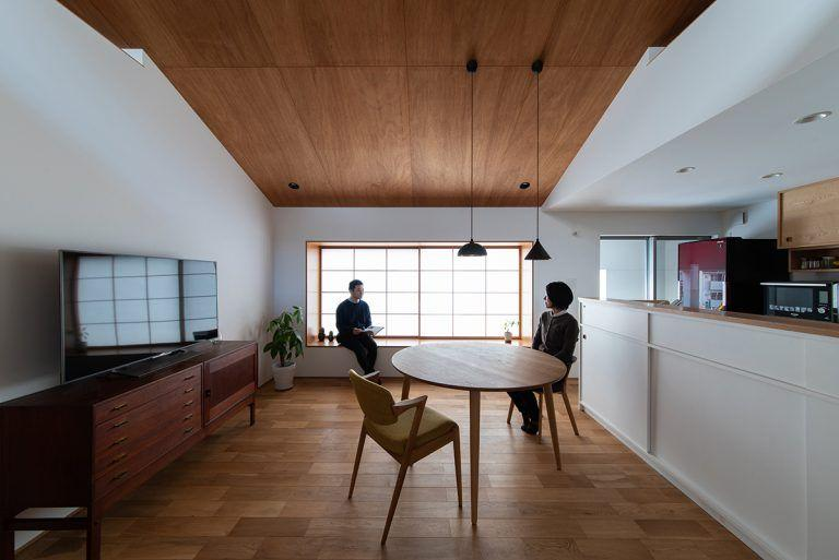 株式会社あかがわ建築設計室「出窓の家」のシンプル・ナチュラル・和風・和モダン・北欧風なリビング・ダイニングの実例写真