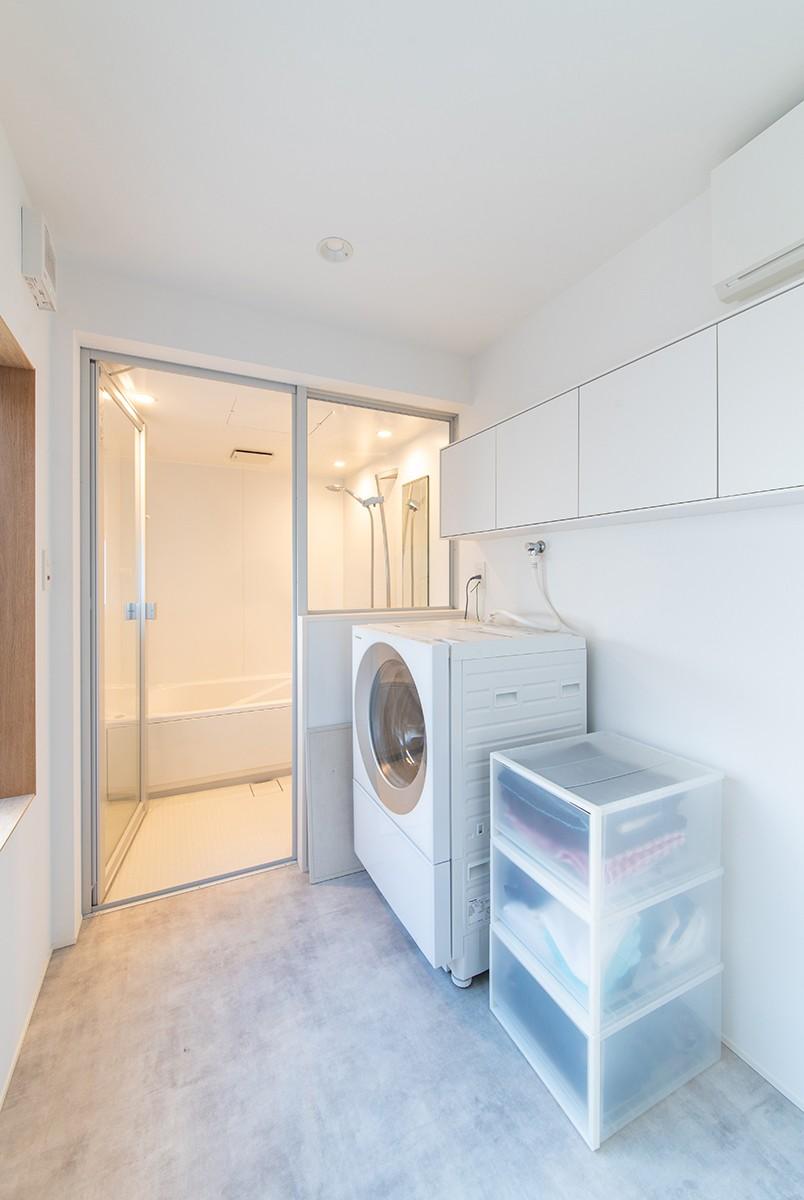 株式会社あかがわ建築設計室「出窓の家」のシンプル・ナチュラル・モダンな風呂・浴室の実例写真