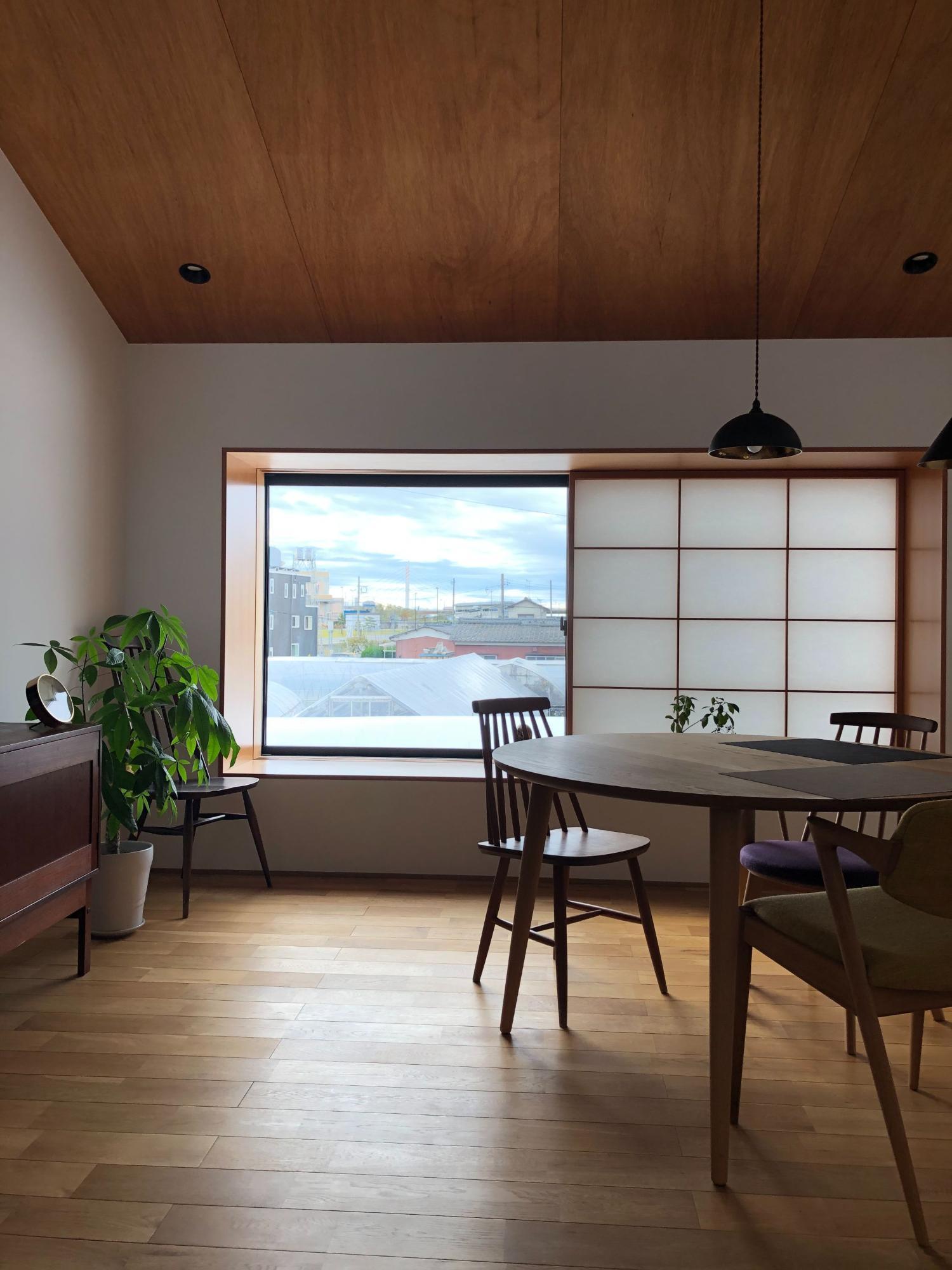 株式会社あかがわ建築設計室「出窓の家」のシンプル・ナチュラル・北欧風・和風・和モダンなリビング・ダイニングの実例写真