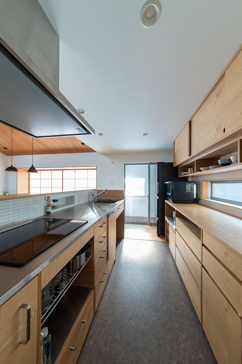 株式会社あかがわ建築設計室「出窓の家」のシンプル・ナチュラル・モダン・北欧風なキッチンの実例写真