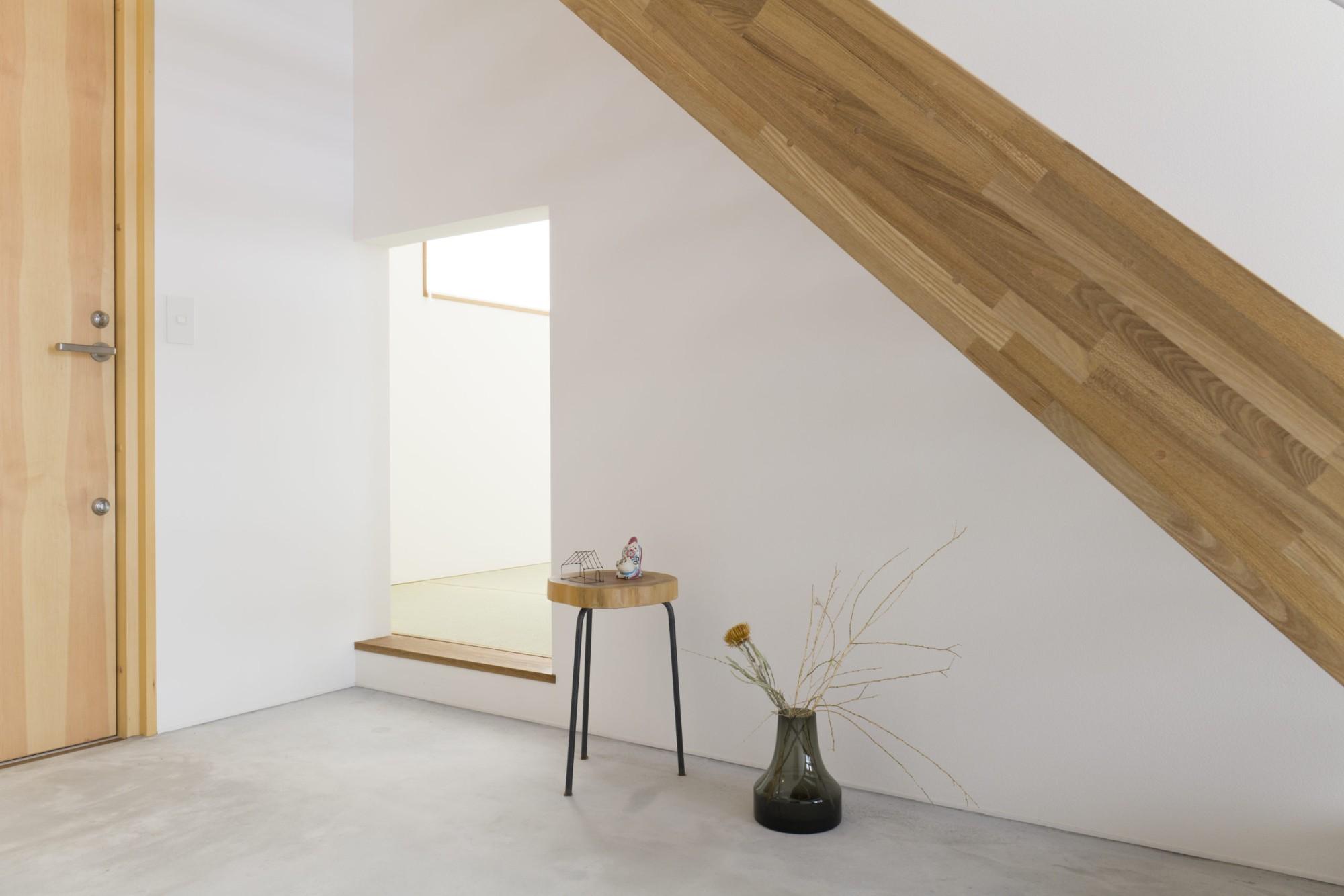 あかがわ建築設計室「悠遠の家」のシンプル・ナチュラル・自然素材な玄関の実例写真