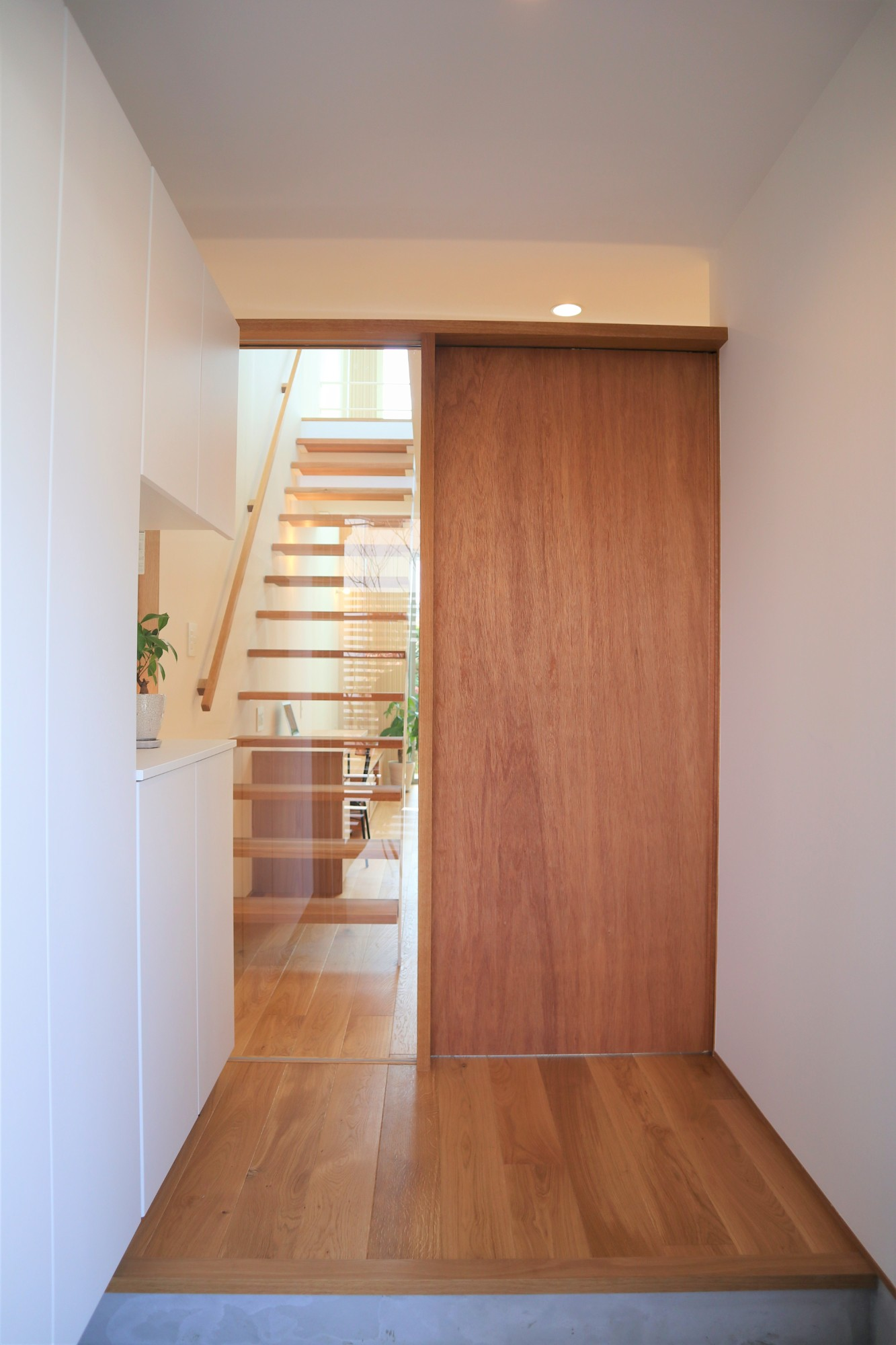 株式会社あかがわ建築設計室「斜光の家」のシンプル・ナチュラル・モダン・北欧風な玄関の実例写真