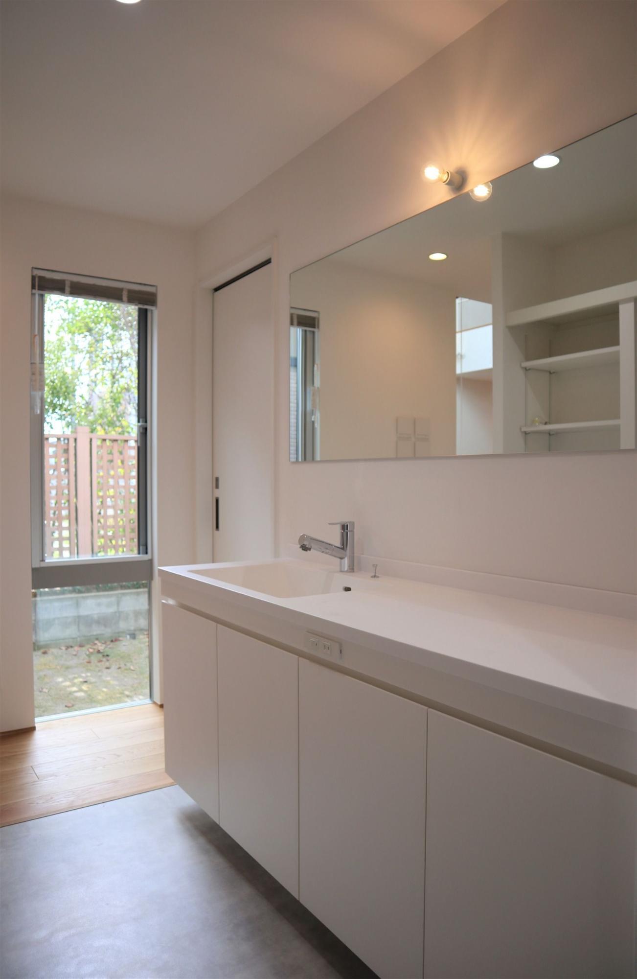 株式会社あかがわ建築設計室「斜光の家」のシンプル・ナチュラル・モダン・北欧風な洗面所・脱衣所の実例写真