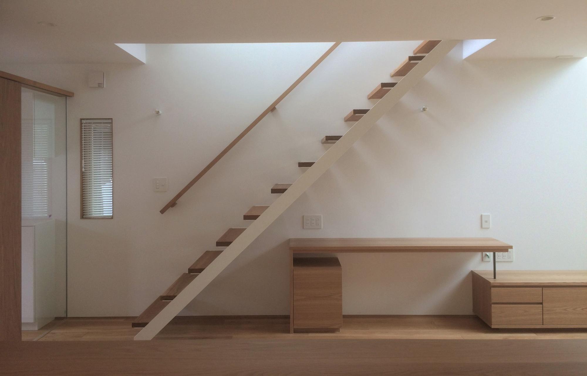 株式会社あかがわ建築設計室「斜光の家」のシンプル・ナチュラル・北欧風な階段の実例写真