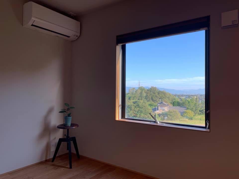 株式会社あかがわ建築設計室「雄景の家」のシンプル・ナチュラル・モダン・自然素材な居室の実例写真