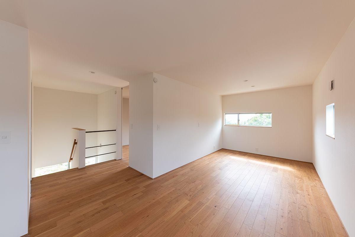 株式会社あかがわ建築設計室「雄景の家」のシンプル・ナチュラル・モダン・北欧風・自然素材な廊下の実例写真