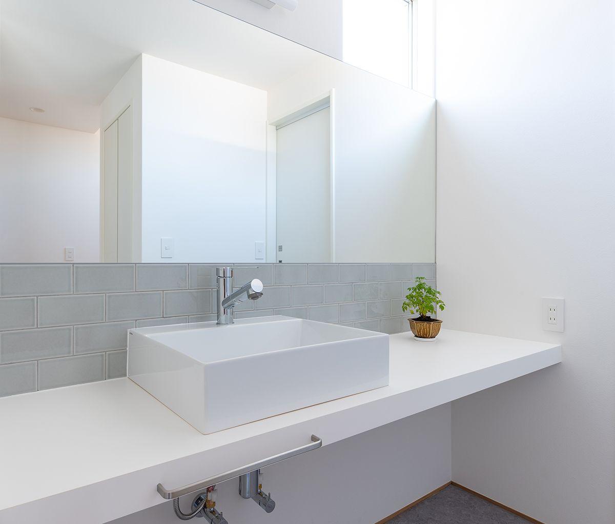 株式会社あかがわ建築設計室「雄景の家」のシンプル・ナチュラル・モダンな洗面所・脱衣所の実例写真
