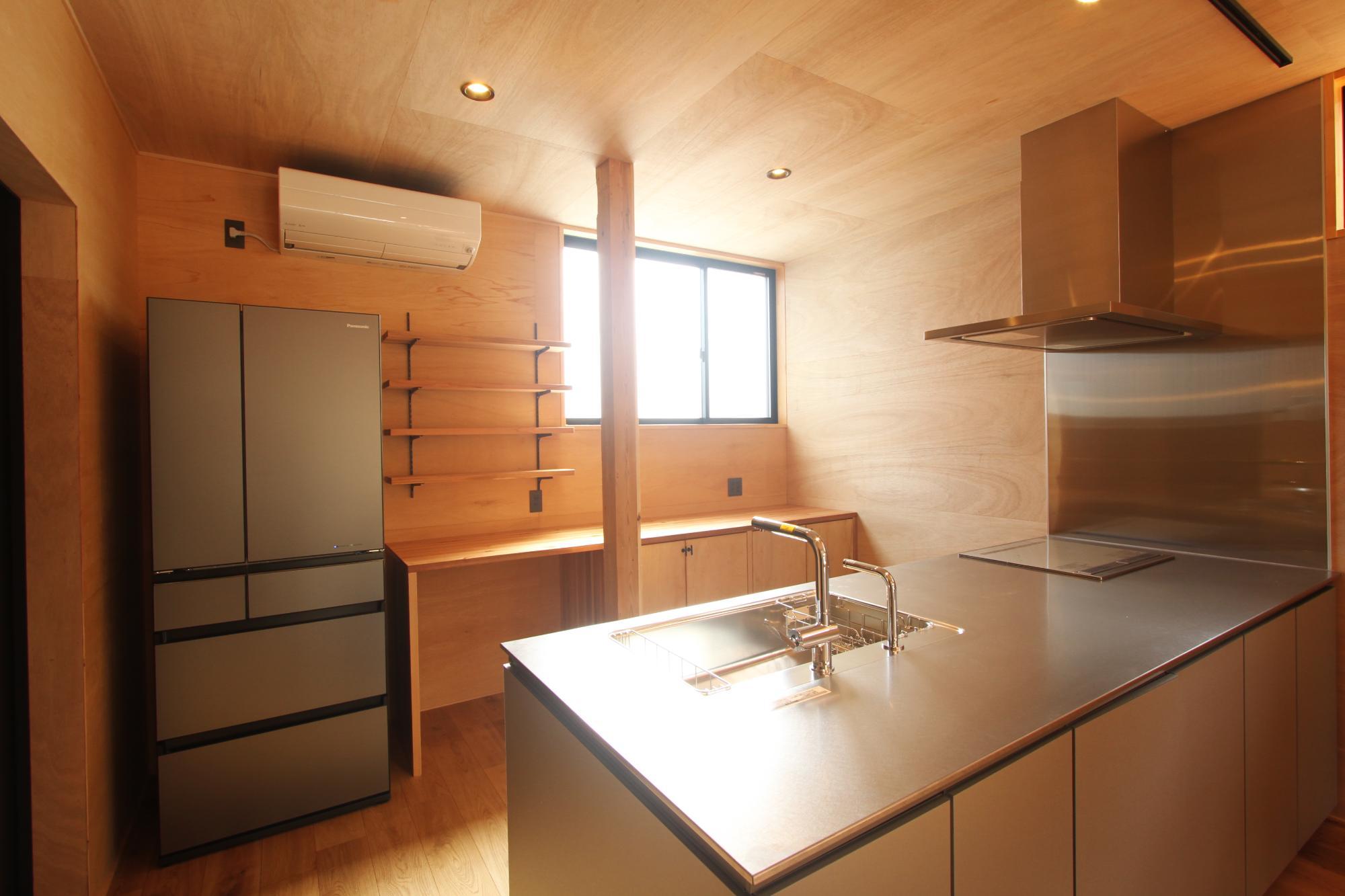 (株)難波産業「木のぬくもりと日差し溢れる木の家」のキッチンの実例写真