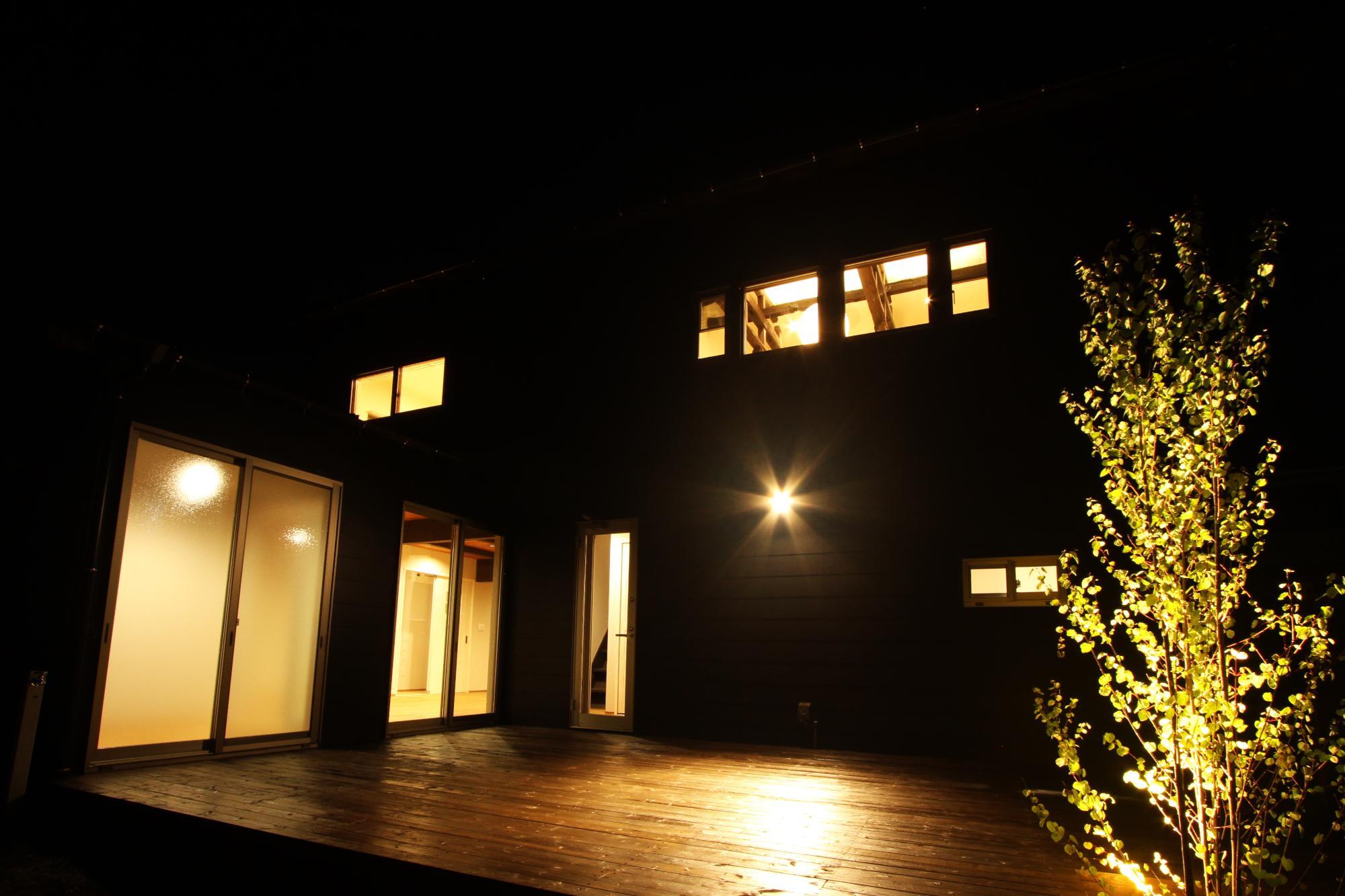 (株)難波産業「くつろぎの空間」の庭・デッキ・縁側の実例写真