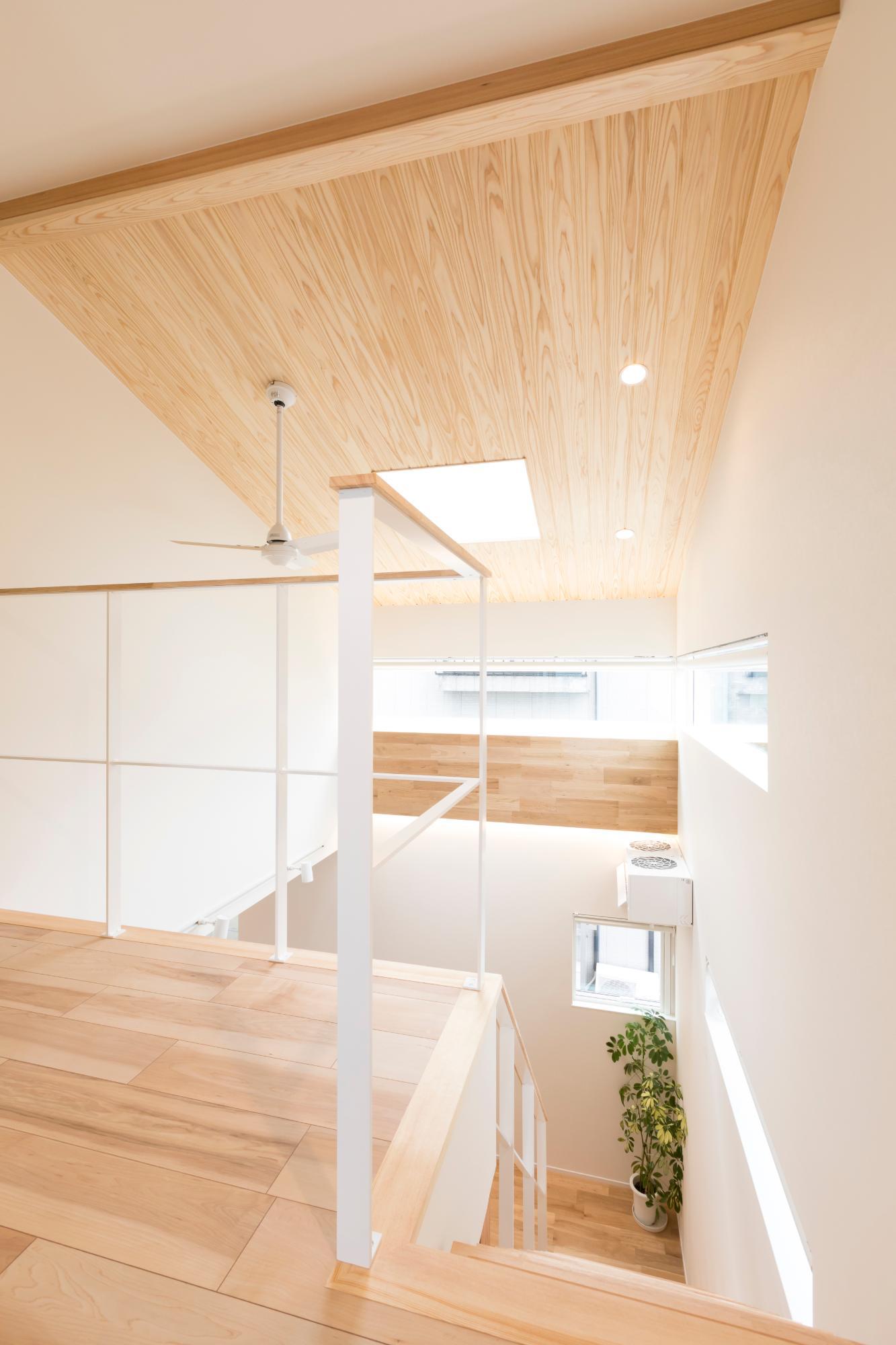 株式会社mokusia「高台と吹き抜けのホワイトハウス」の廊下の実例写真