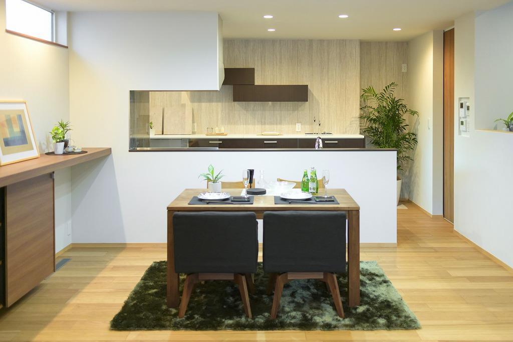 クーディーホーム【アスカ創建】「リビングでの時間が増える、スキップフロアのある家」のモダンなキッチンの実例写真