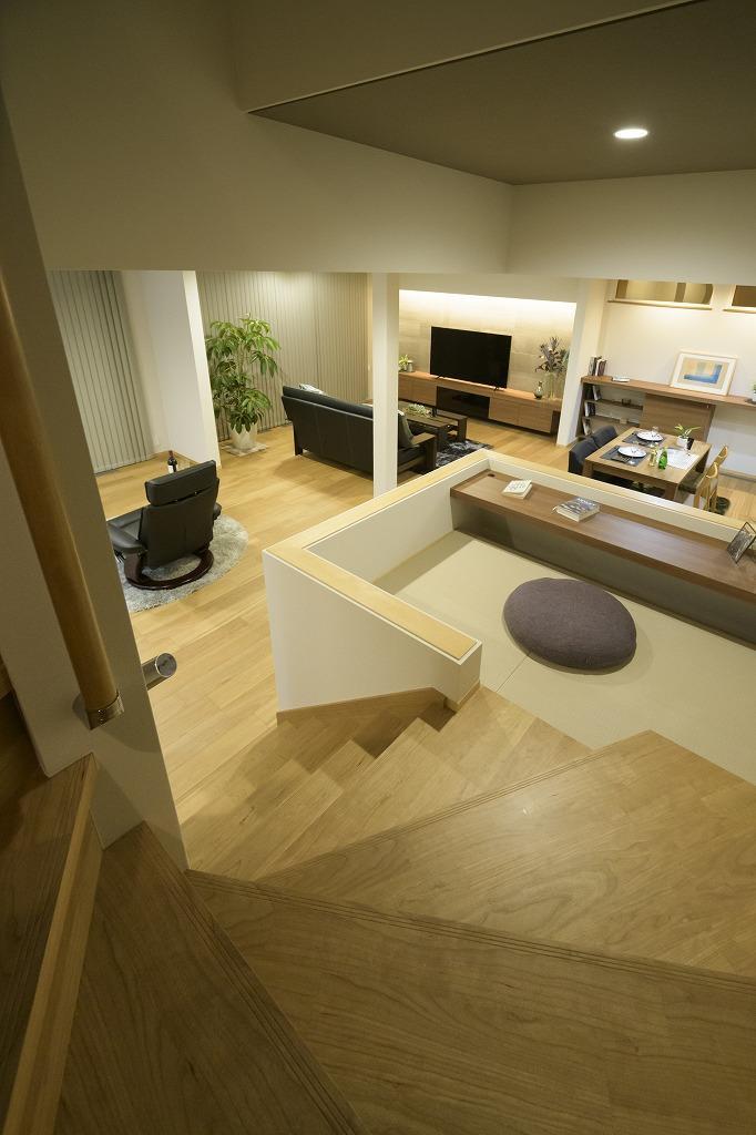 クーディーホーム【アスカ創建】「リビングでの時間が増える、スキップフロアのある家」のモダンなロフト・中二階の実例写真
