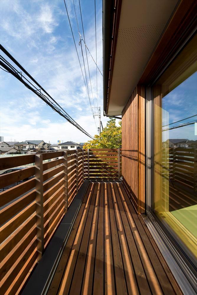 デッキと繋がる二階リビングの家の写真5