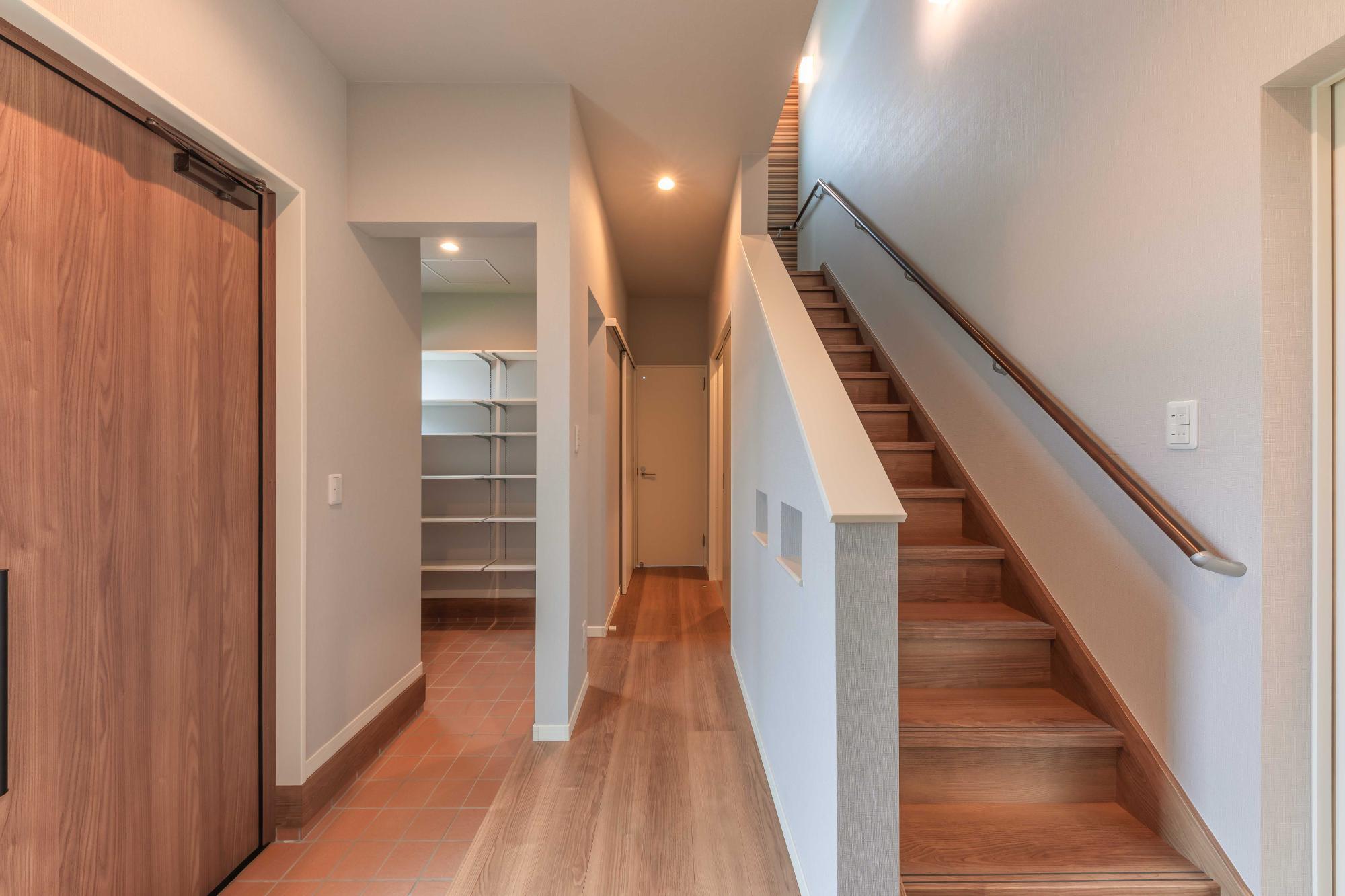 ロクワの家【株式会社 小野組 ライフビルダーグループ】「住むを大切に考えた家」のシンプル・ナチュラルな廊下の実例写真