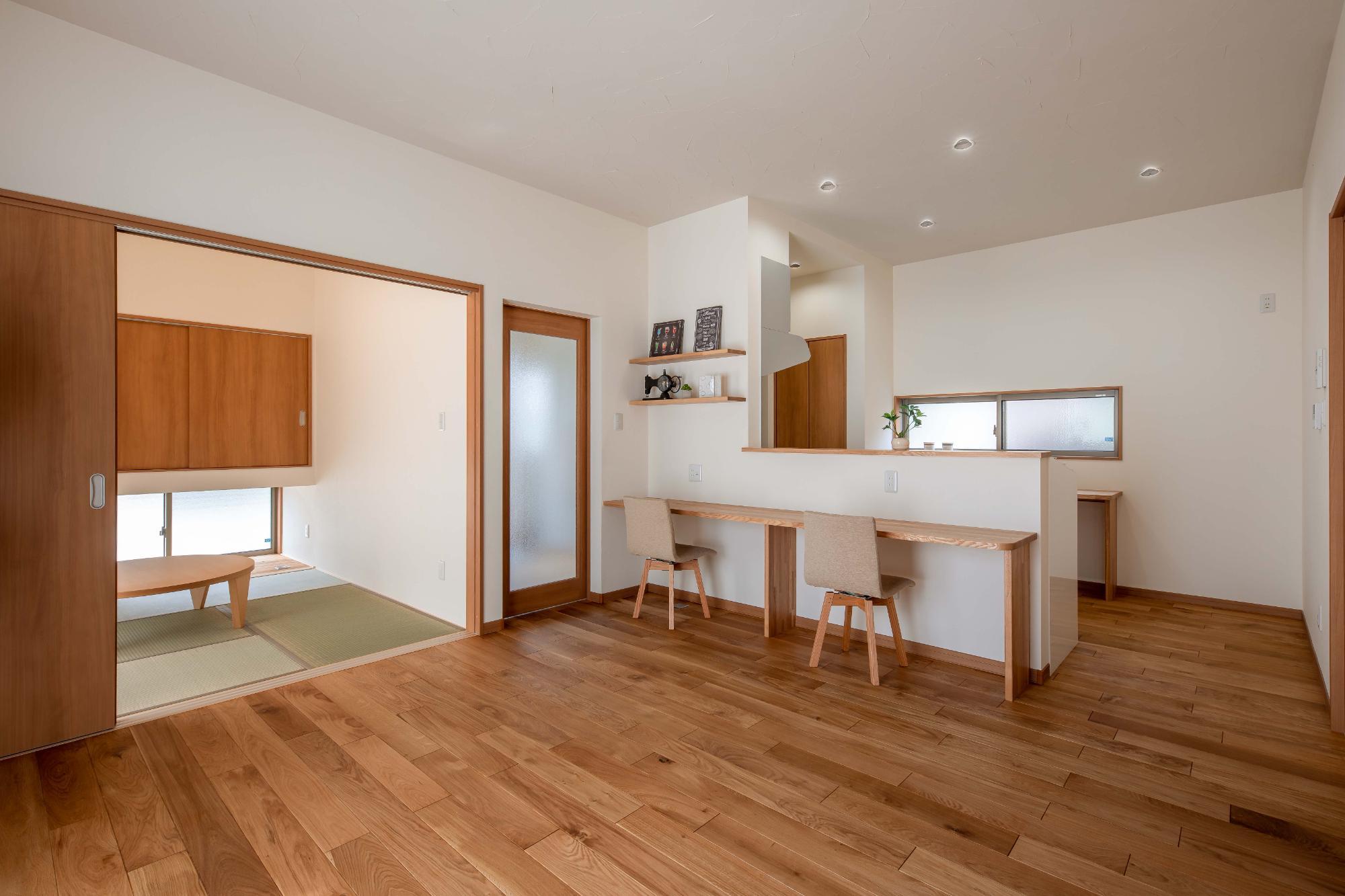 ロクワの家【株式会社 小野組 ライフビルダーグループ】「趣味を楽しみながらゆったりと暮らす家」のシンプル・ナチュラルなリビング・ダイニングの実例写真