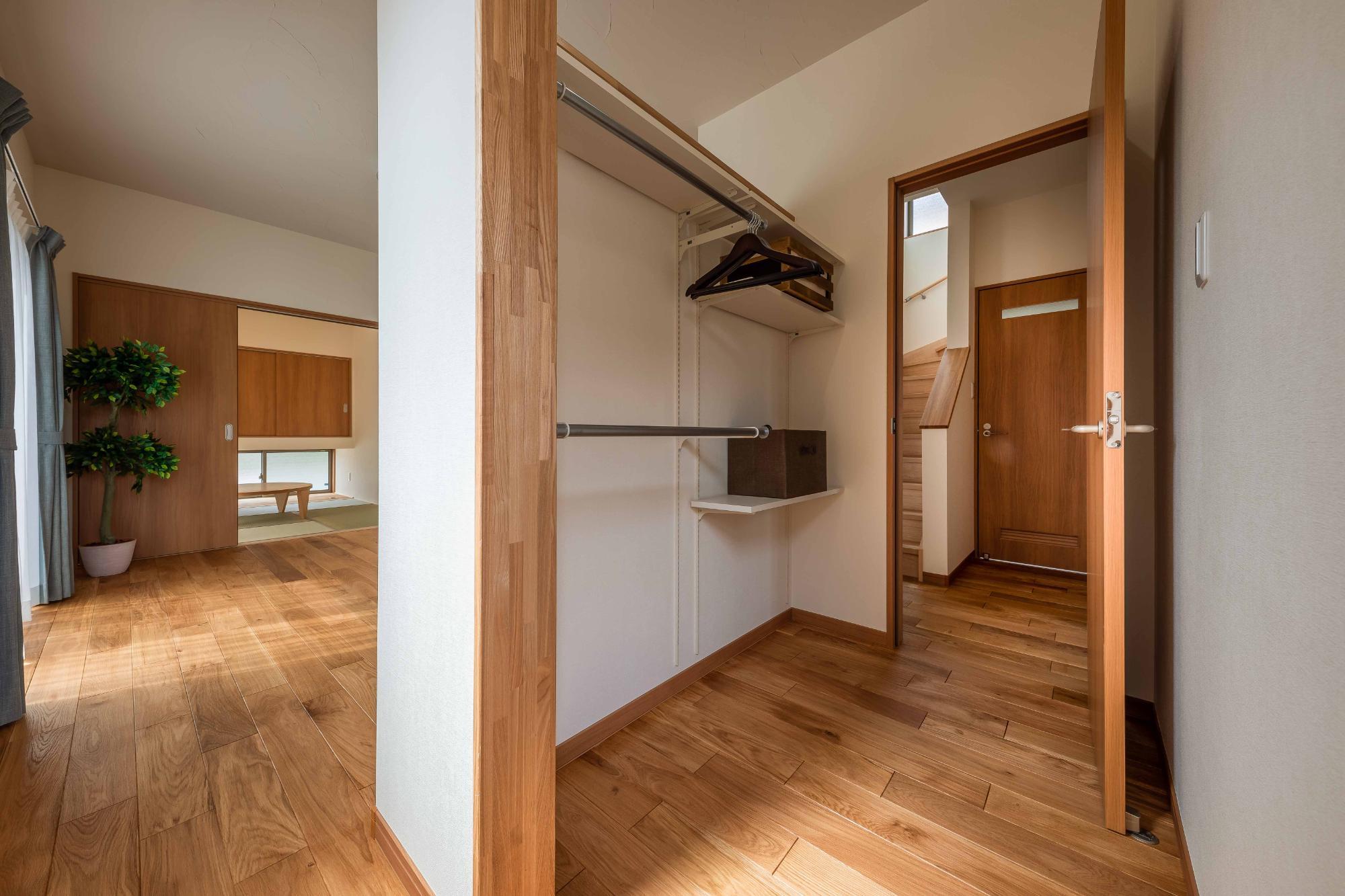 ロクワの家【株式会社 小野組 ライフビルダーグループ】「趣味を楽しみながらゆったりと暮らす家」のシンプル・ナチュラルな収納スペースの実例写真