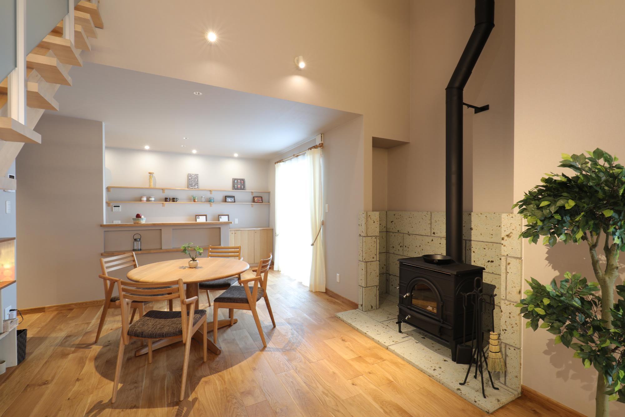 ロクワの家【株式会社 小野組 ライフビルダーグループ】「建築家と建てた家」のシンプル・ナチュラルなリビング・ダイニングの実例写真