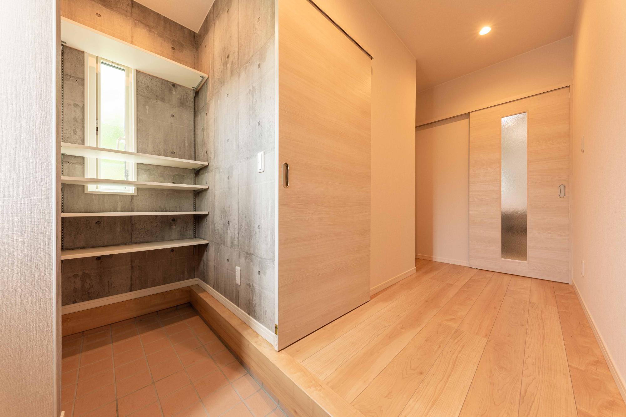 ロクワの家【株式会社 小野組 ライフビルダーグループ】「時間をつくる家」のシンプル・ナチュラルな玄関の実例写真
