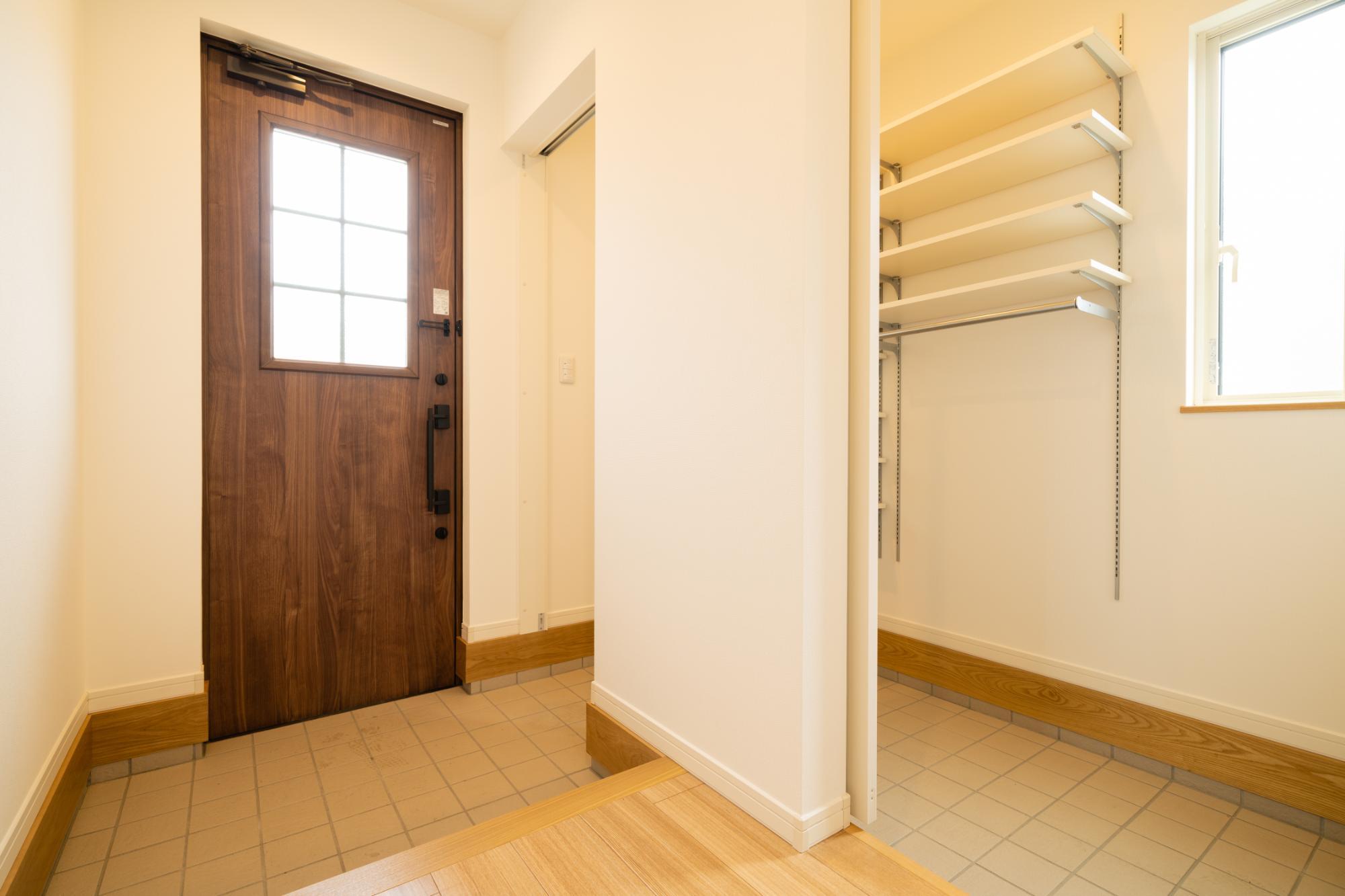 ロクワの家【株式会社 小野組 ライフビルダーグループ】「自分だけの空と暮らす家」の玄関の実例写真