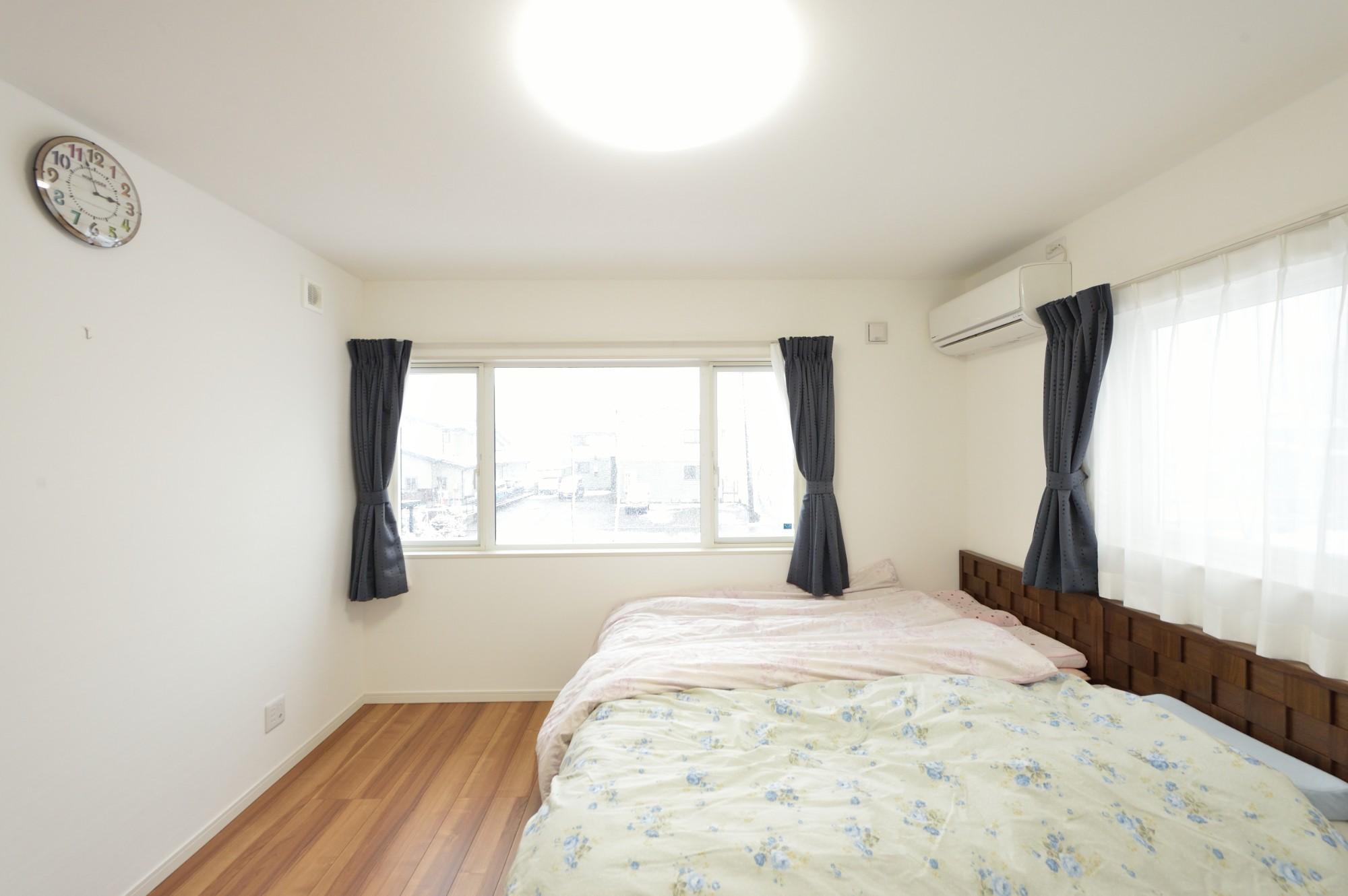 家'Sハセガワ株式会社「Spring share house ~春を分けあう家~」のシンプル・ナチュラルな居室の実例写真