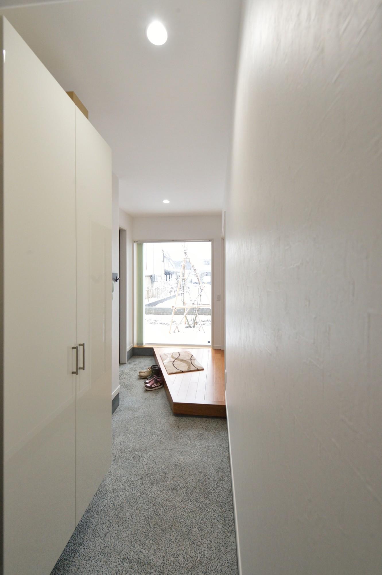 南側からの採光、和室からリビングの空間が心地いい