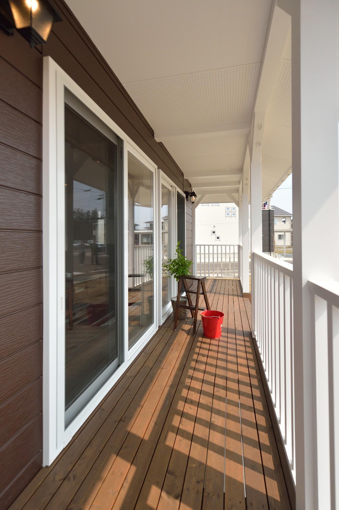 家'Sハセガワ株式会社「サニースタイルハウス」の西海岸風な庭・デッキ・縁側の実例写真