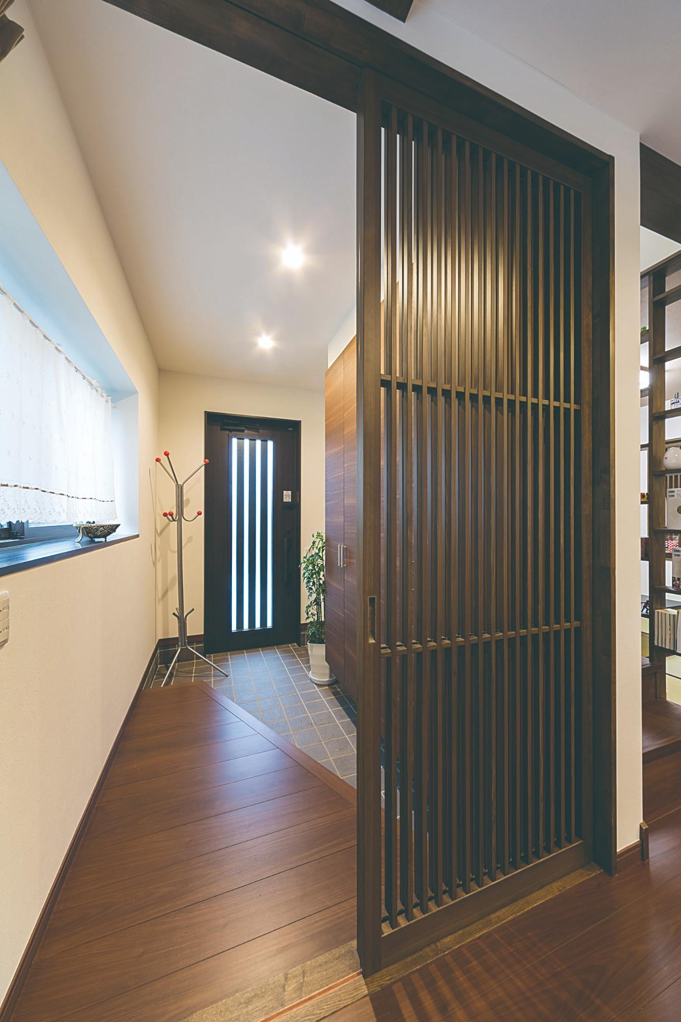 家'Sハセガワ株式会社「笑顔あふれるMIRA家(未来へ)」のシンプル・ナチュラルな玄関の実例写真
