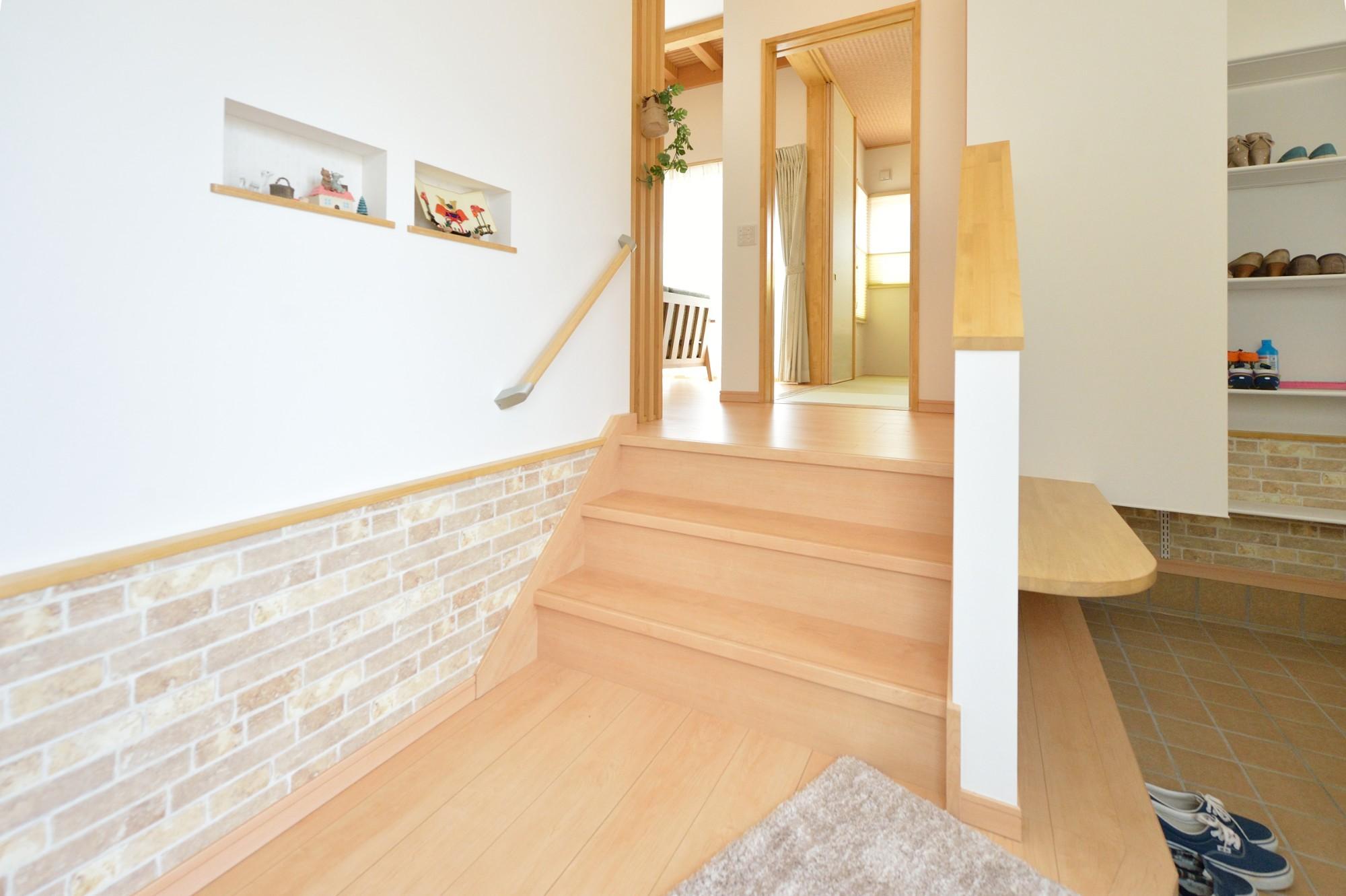 家'Sハセガワ株式会社「好きに囲まれた家」のシンプル・ナチュラルな玄関の実例写真