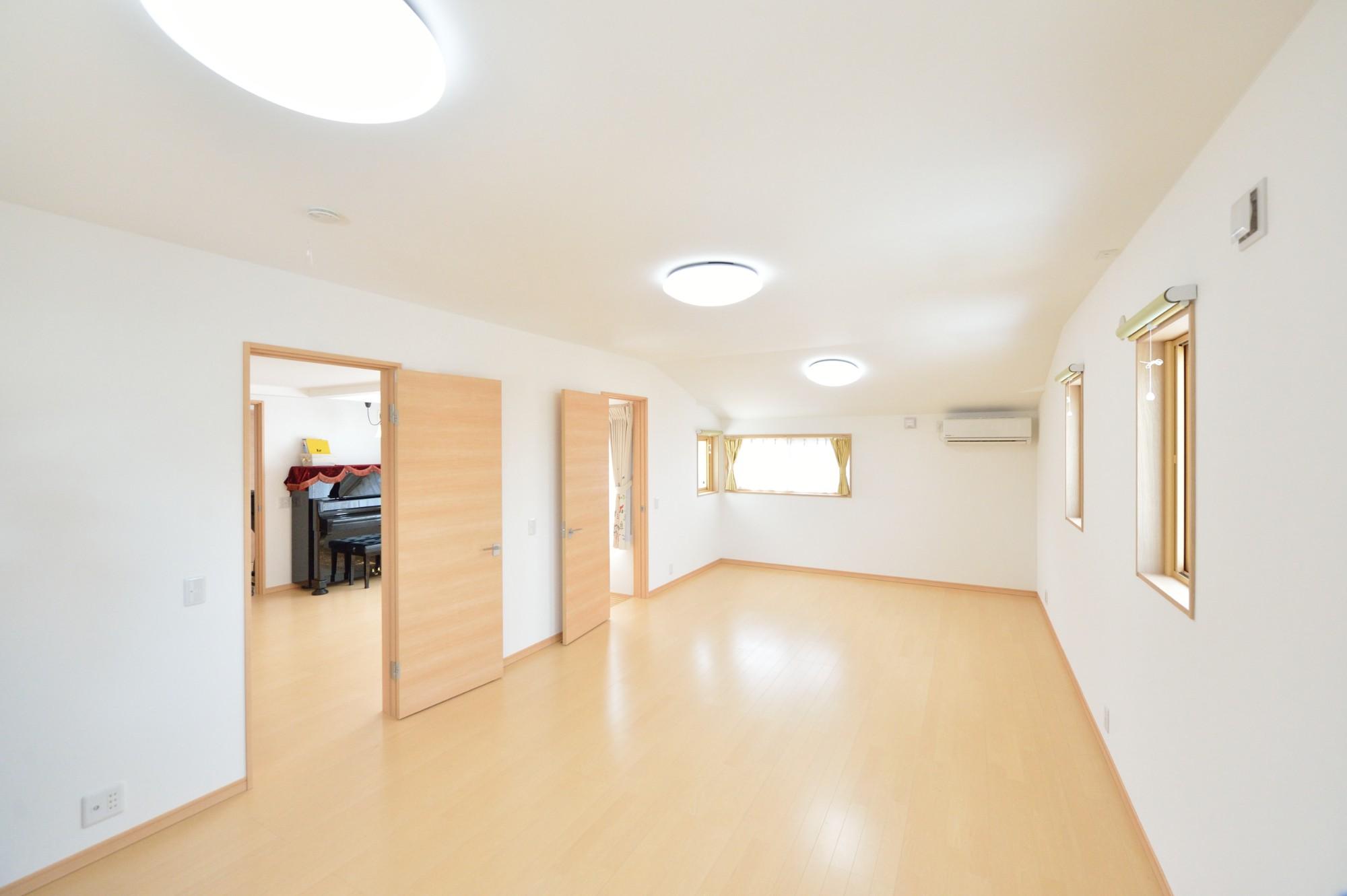 家'Sハセガワ株式会社「好きに囲まれた家」のシンプル・ナチュラルな居室の実例写真