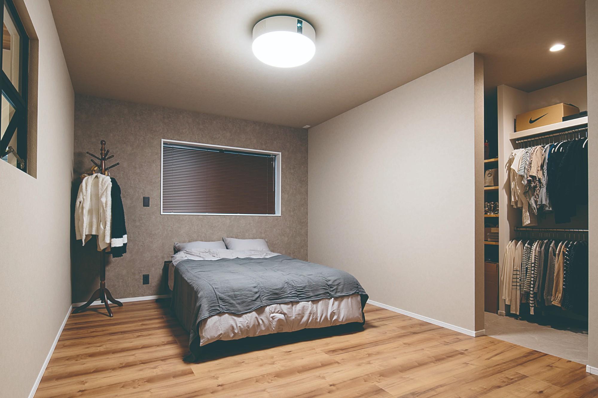 寝室は柔らかな色合いでコーディネート。